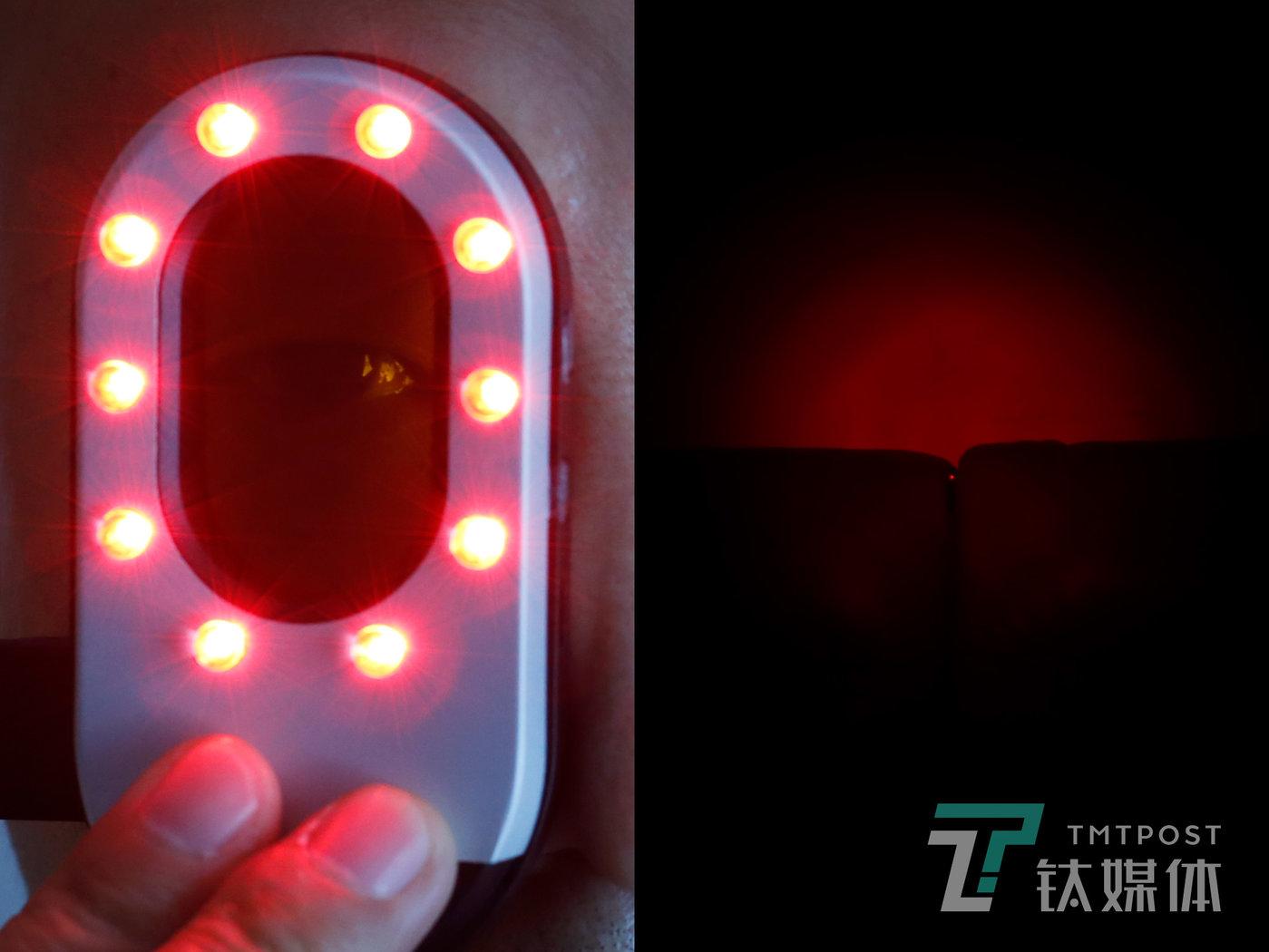 在便携式扫描仪的照射下,一枚针孔摄像头反射出红色亮点。何志会向钛媒体《在线》介绍,针孔摄像头很难用肉眼去发现,如果不具备专业检测条件,想检测所处的室内空间是否安全,可以使用便携的针孔摄像头扫描仪。