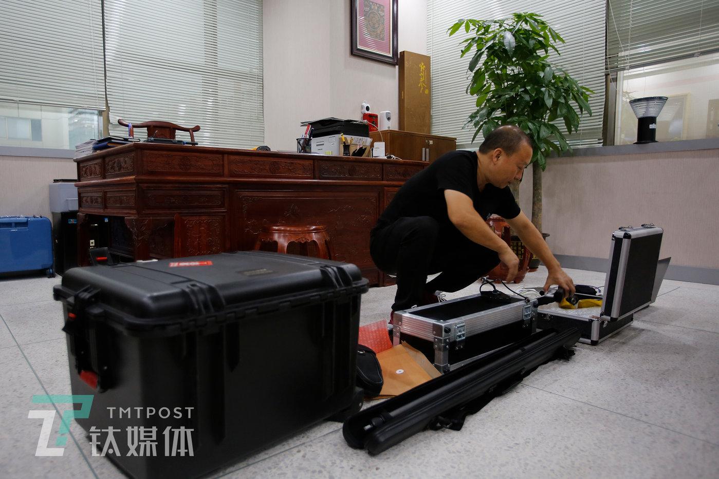 何志会和他的专业检测设备。