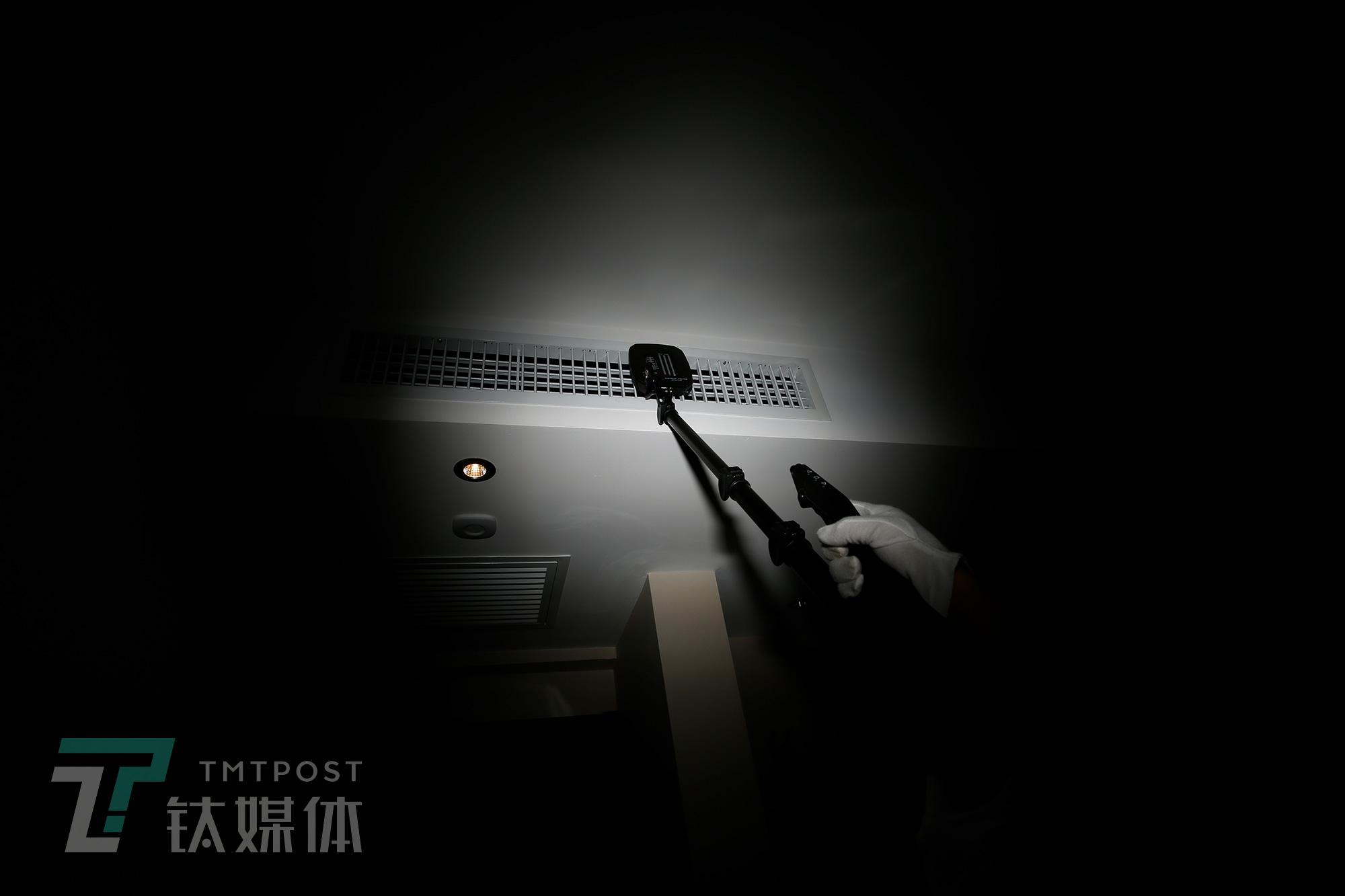何志会向钛媒体《在线》演示使用节点探测仪检测酒店房间中央空调出风口。2018年9月,深圳一家星级酒店,客人正是在空调出风口发现了一个针孔摄像头。