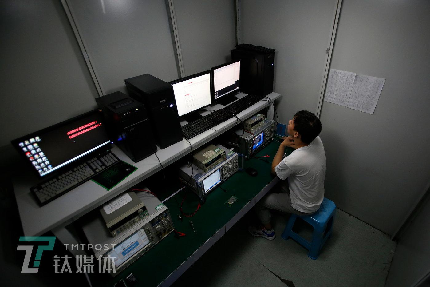 屏蔽实验室,一名测试员在检测一件反窃密新产品的性能。