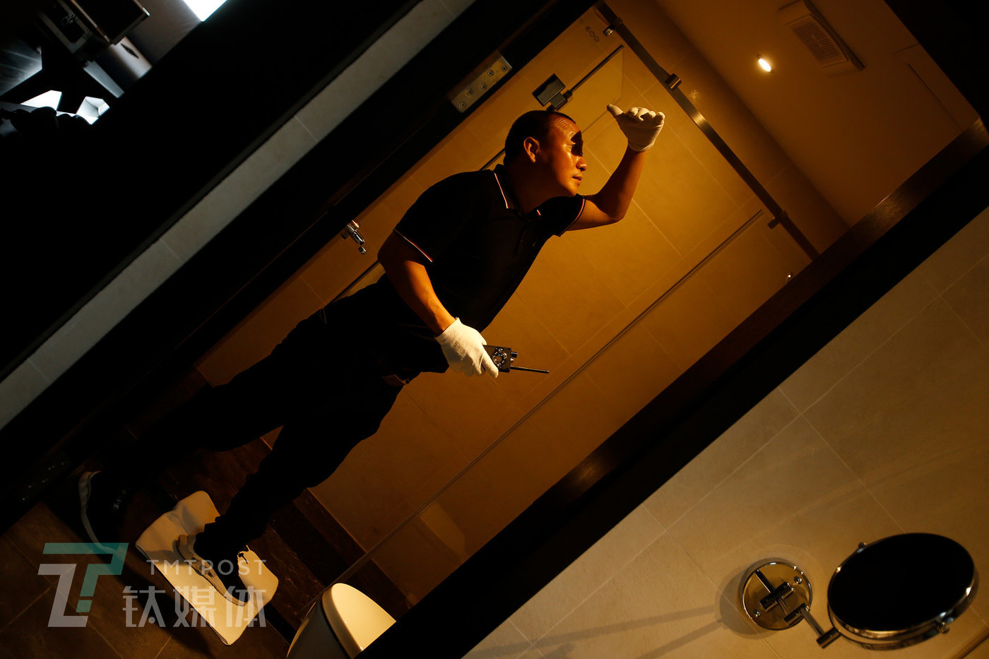 In a certain hotel in Shenzhen, He Zhihui conducts a mock inspection. (In order to protect the client's privacy, all scenes pictured are simulated.)