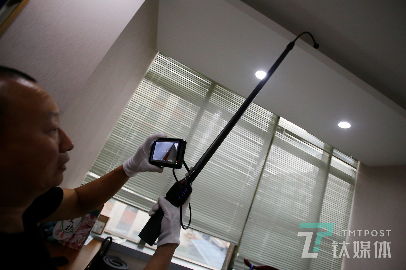 The long pole is used to inspect the ceiling. A camera placed on top of the pole can be controlled to turn to different directions in real time and is equipped with the function to detect radio waves in close range.
