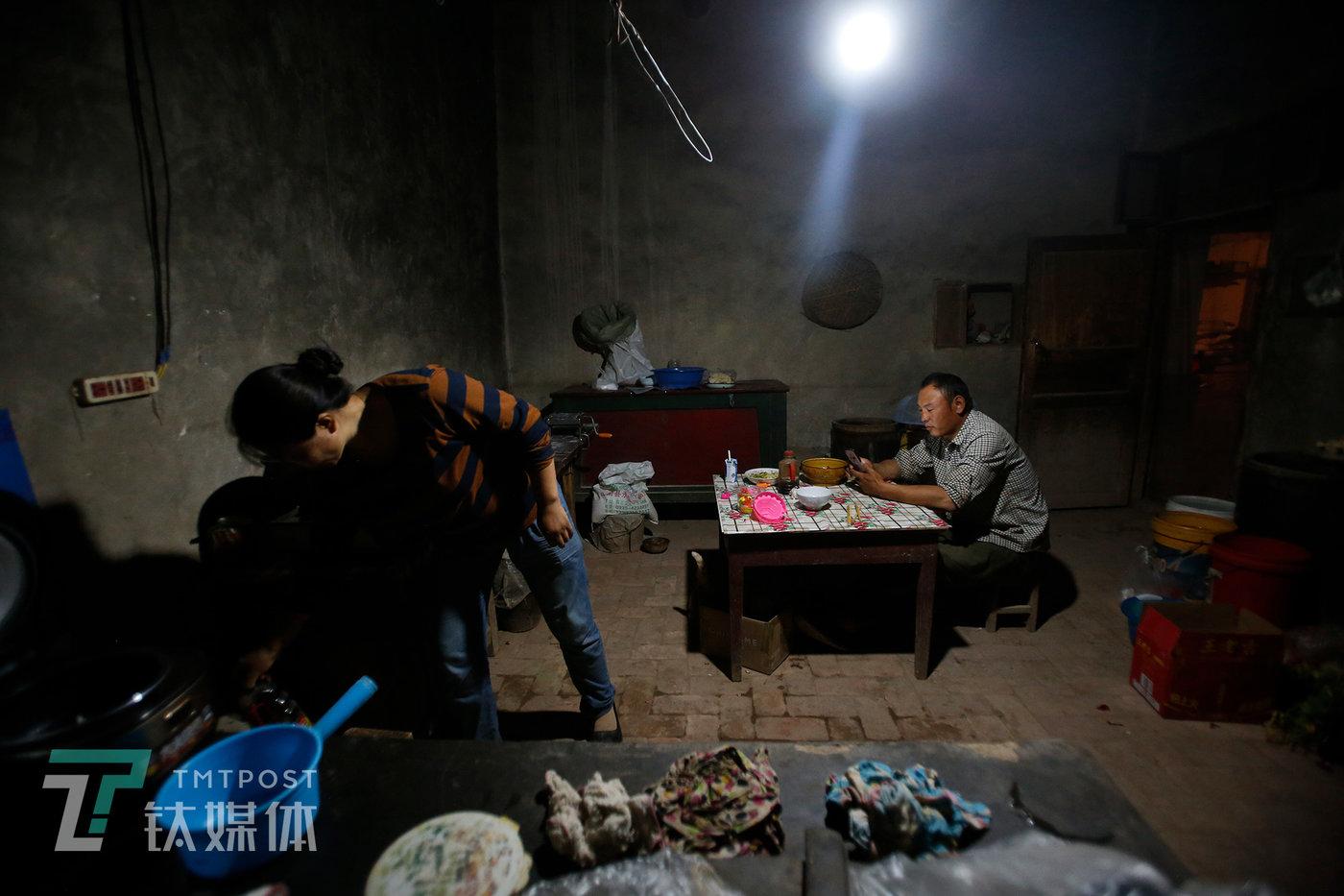 晚上收工回家,妻子匆匆准备晚饭,薛志明开始联系水果商。
