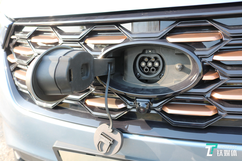 充电口位于福特LOGO内侧