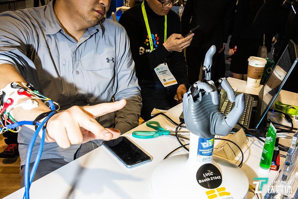 BrainCo在CES2019上展示的智能假肢