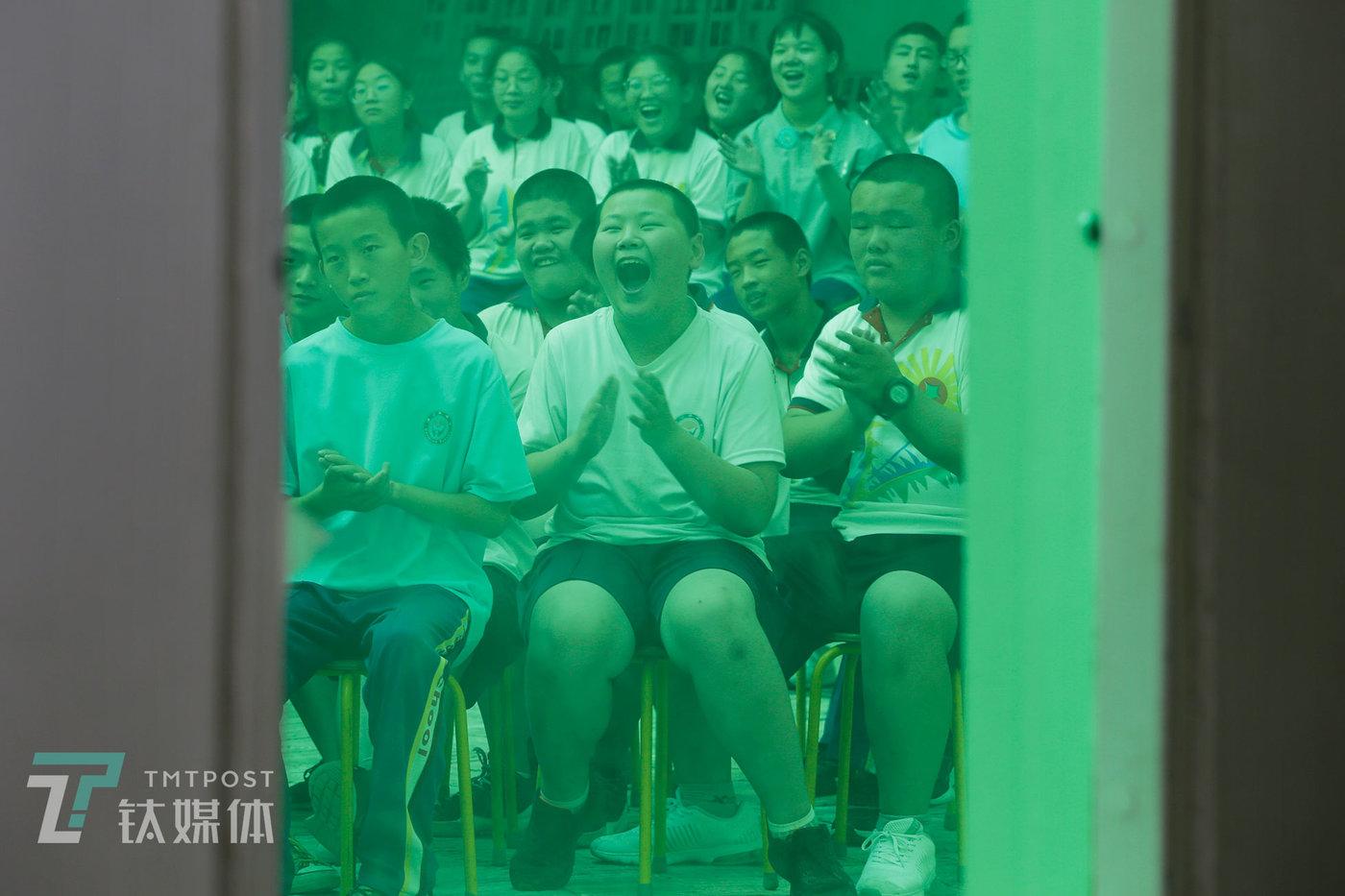 2019年7月4日,北京市大兴区,蒲公英中学校园内,志愿者带来的相声表演引得学生们哈哈大笑。