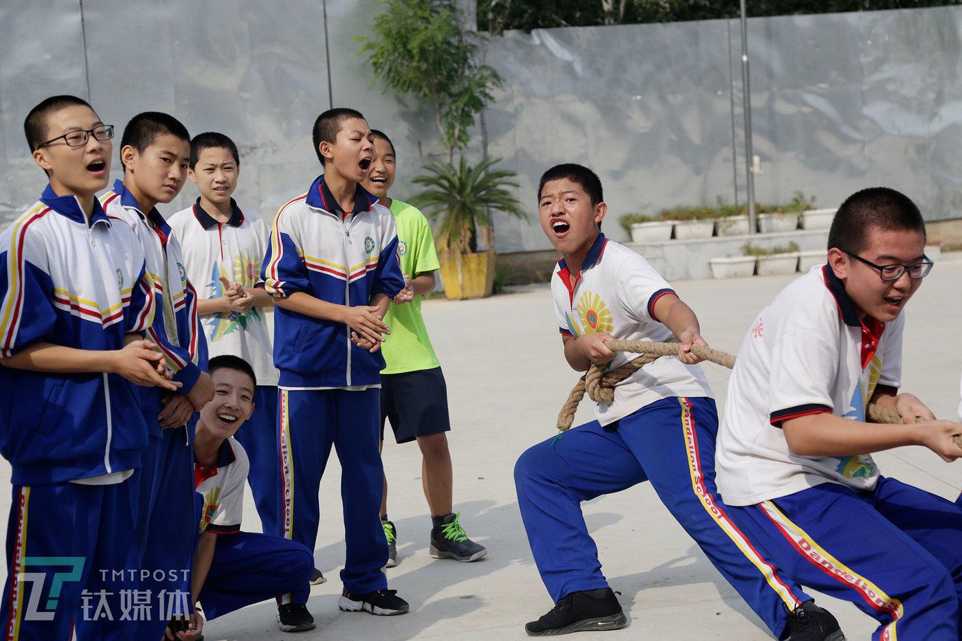 """2019年9月17日,蒲公英中学,一场拔河比赛上,14岁的彭城(中)在拔河绳上""""压轴""""。"""