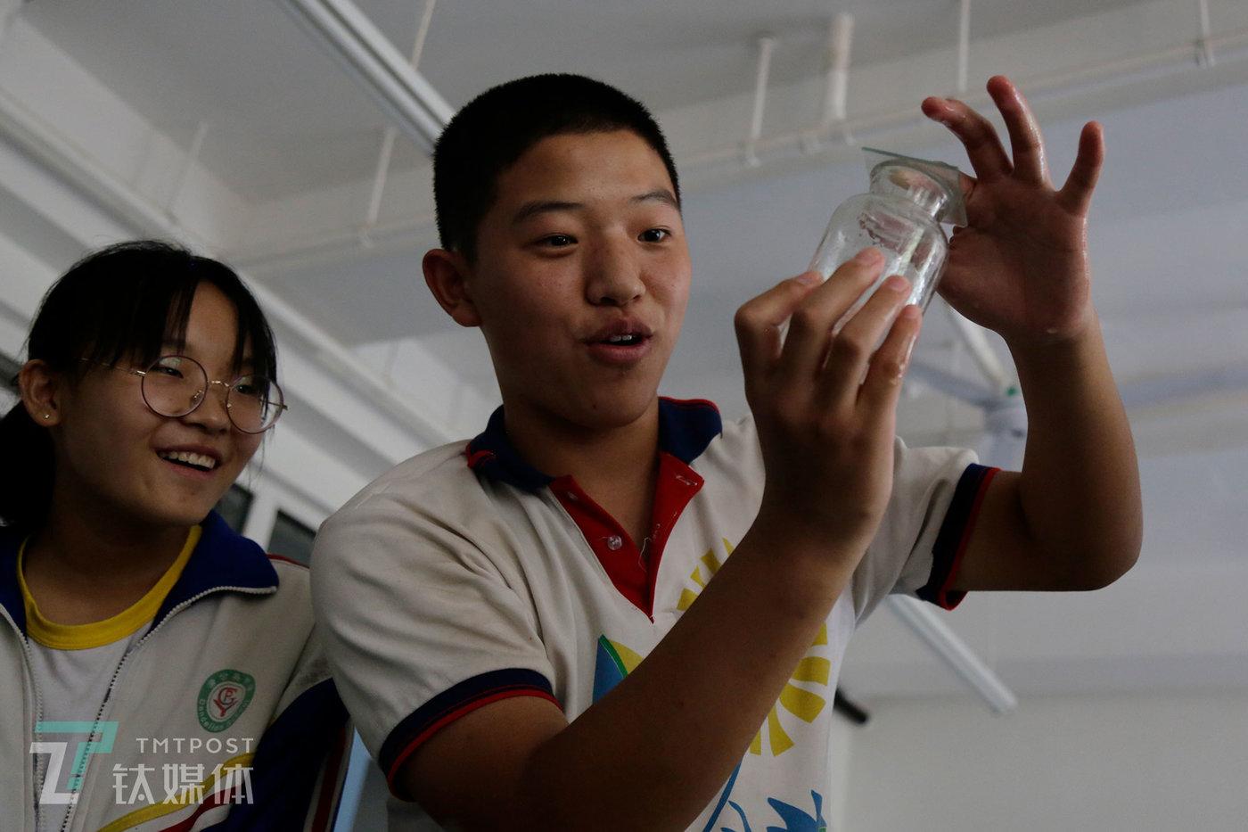 彭城在化学课上做实验。