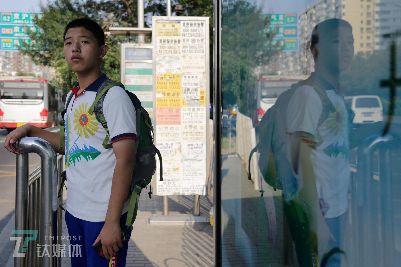 9月6日,周五下午学校开始放假,彭城在公交车站等车回家。他家到学校27公里,公交车车程90分钟。
