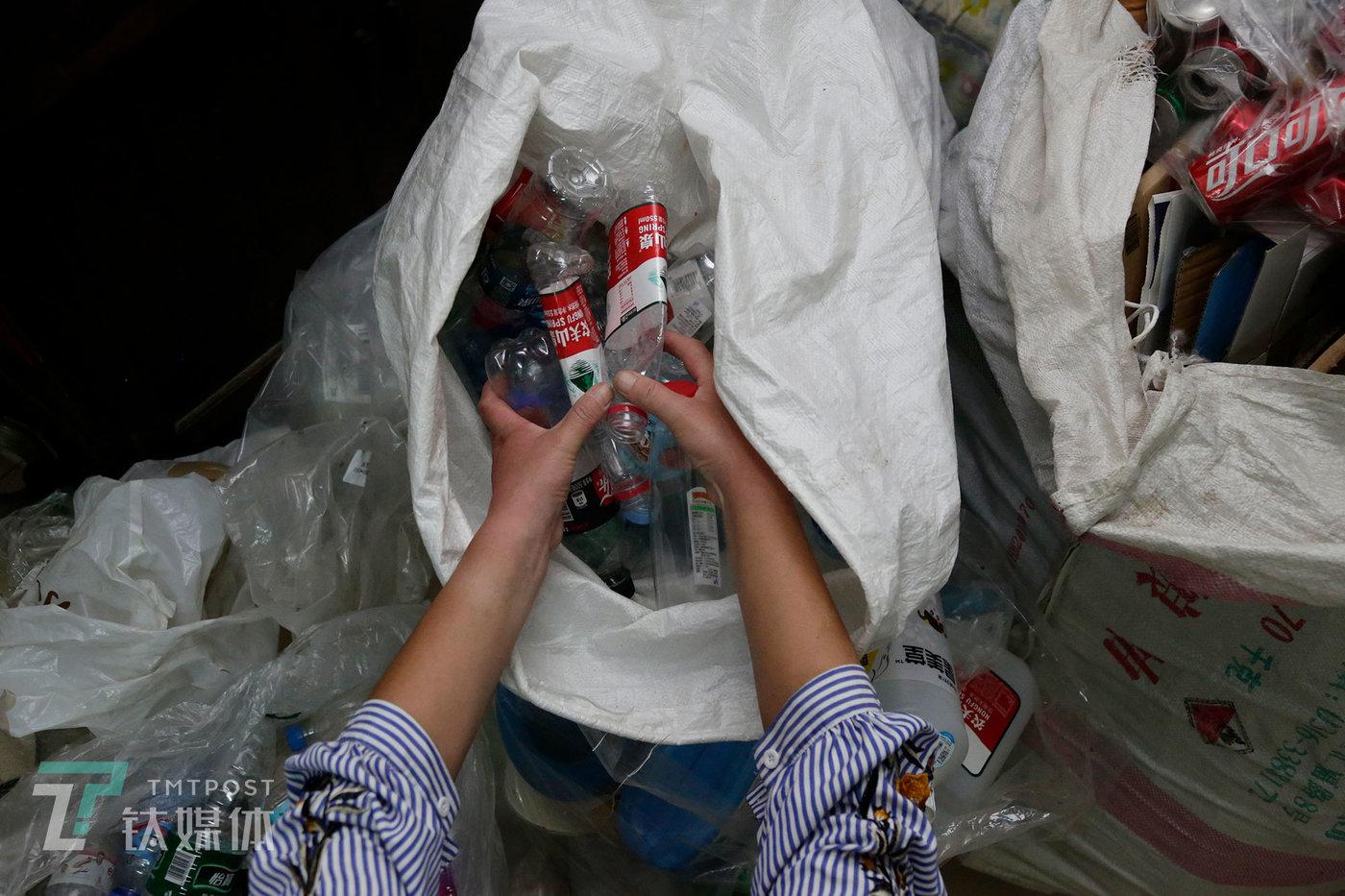 彭城母亲在整理自己捡来的废塑料瓶。
