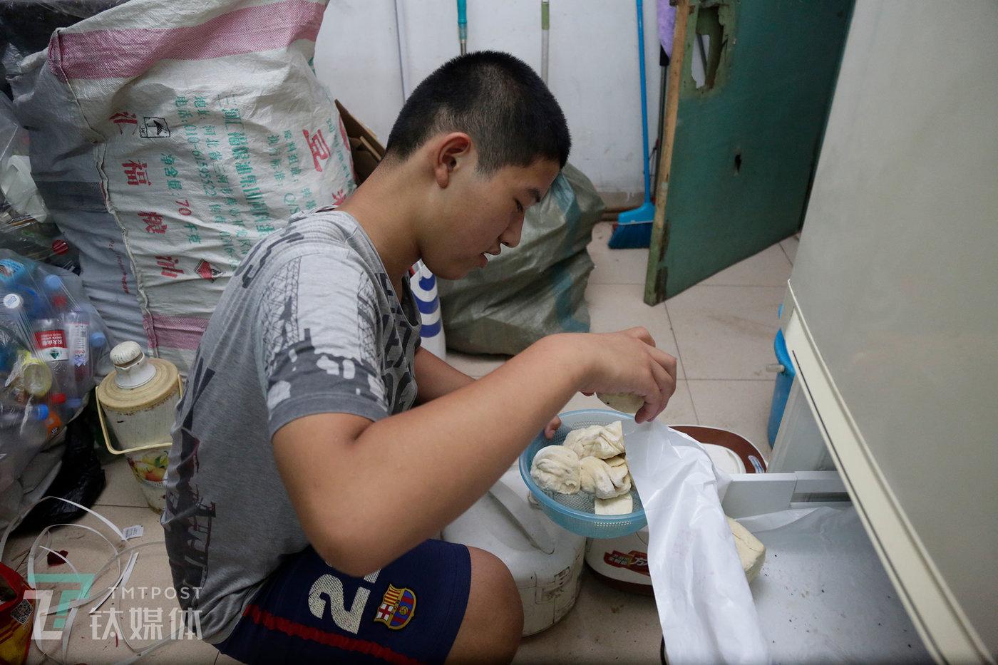 彭城往冰箱放花卷和馒头,这些都是他妈妈亲手做的。