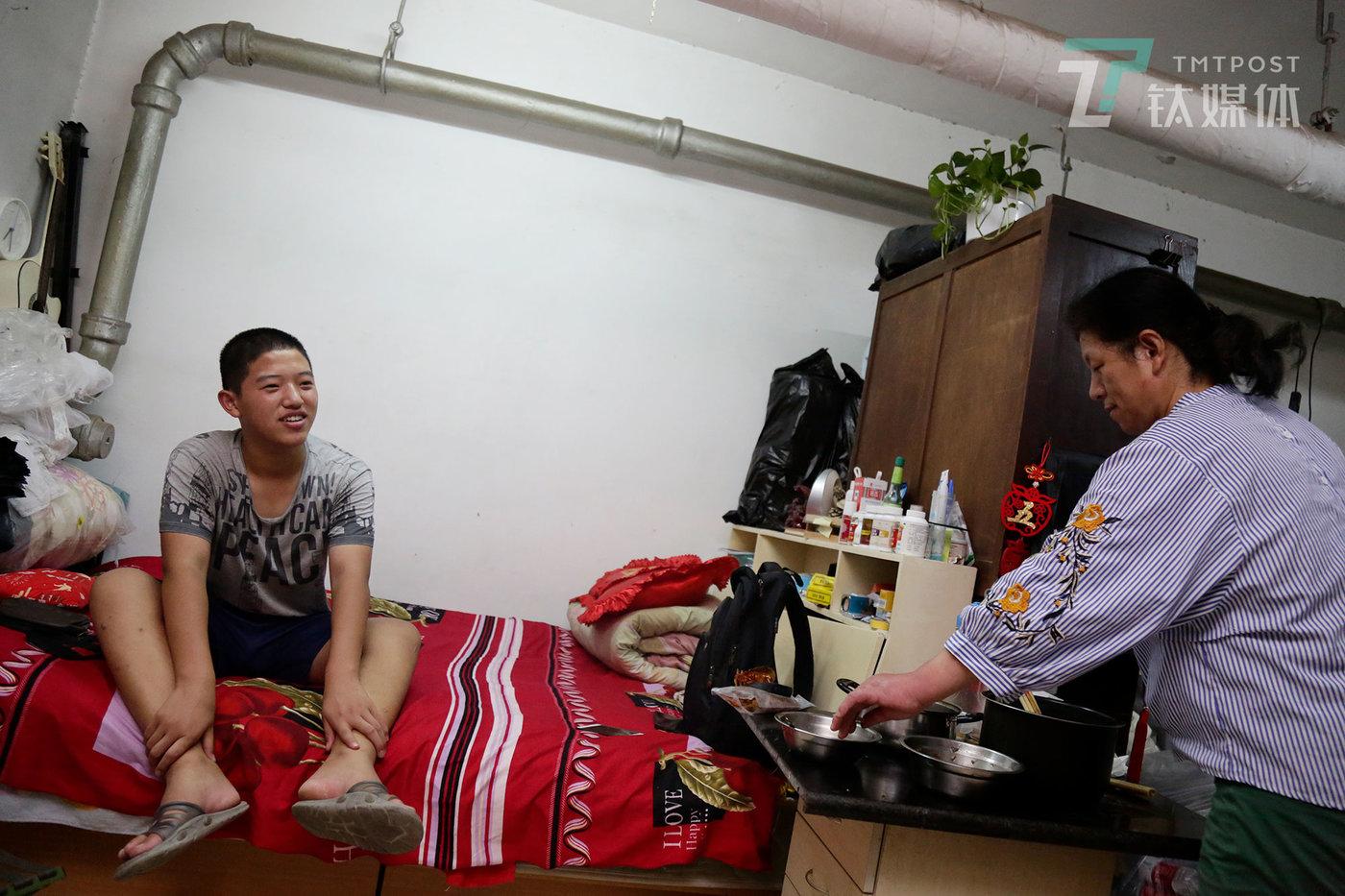 彭城和母亲在家。