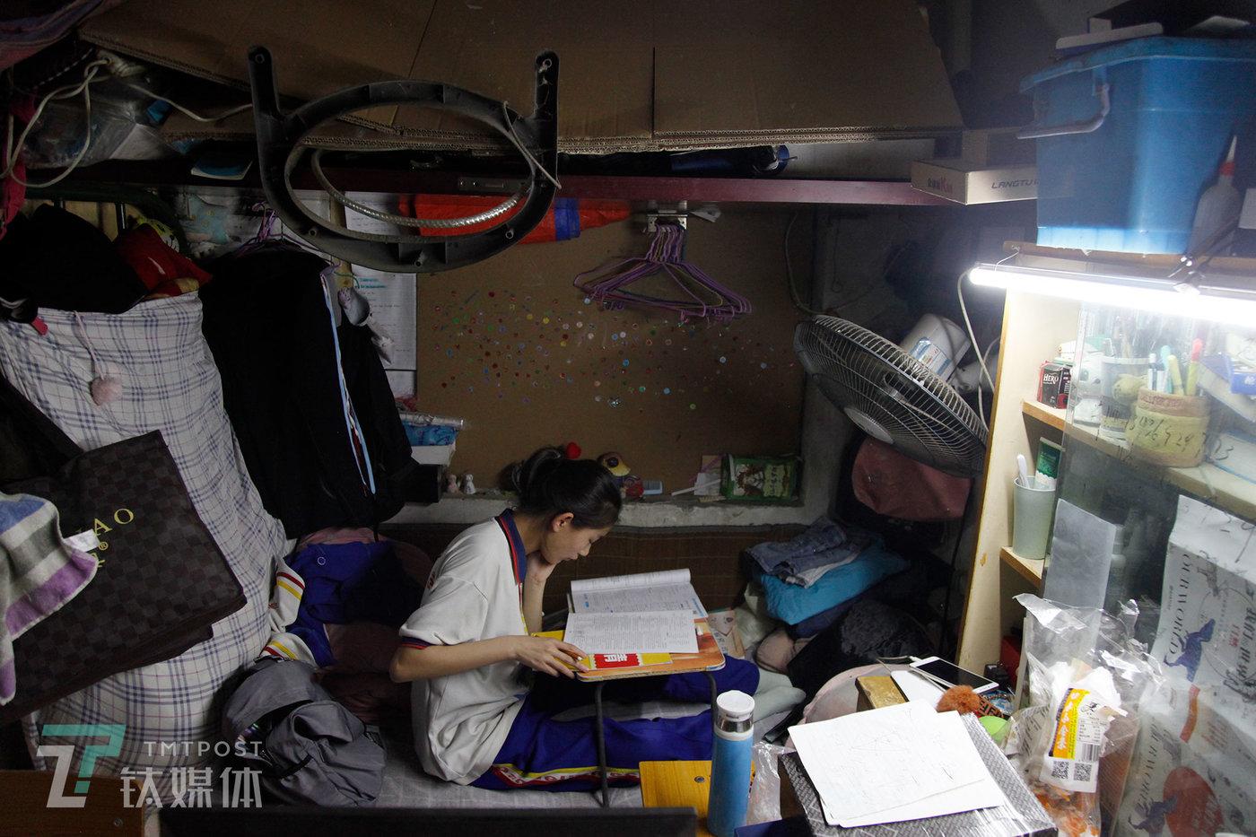 2019年5月17日,北京是丰台区大红门,14岁女孩曾祺在家做作业。