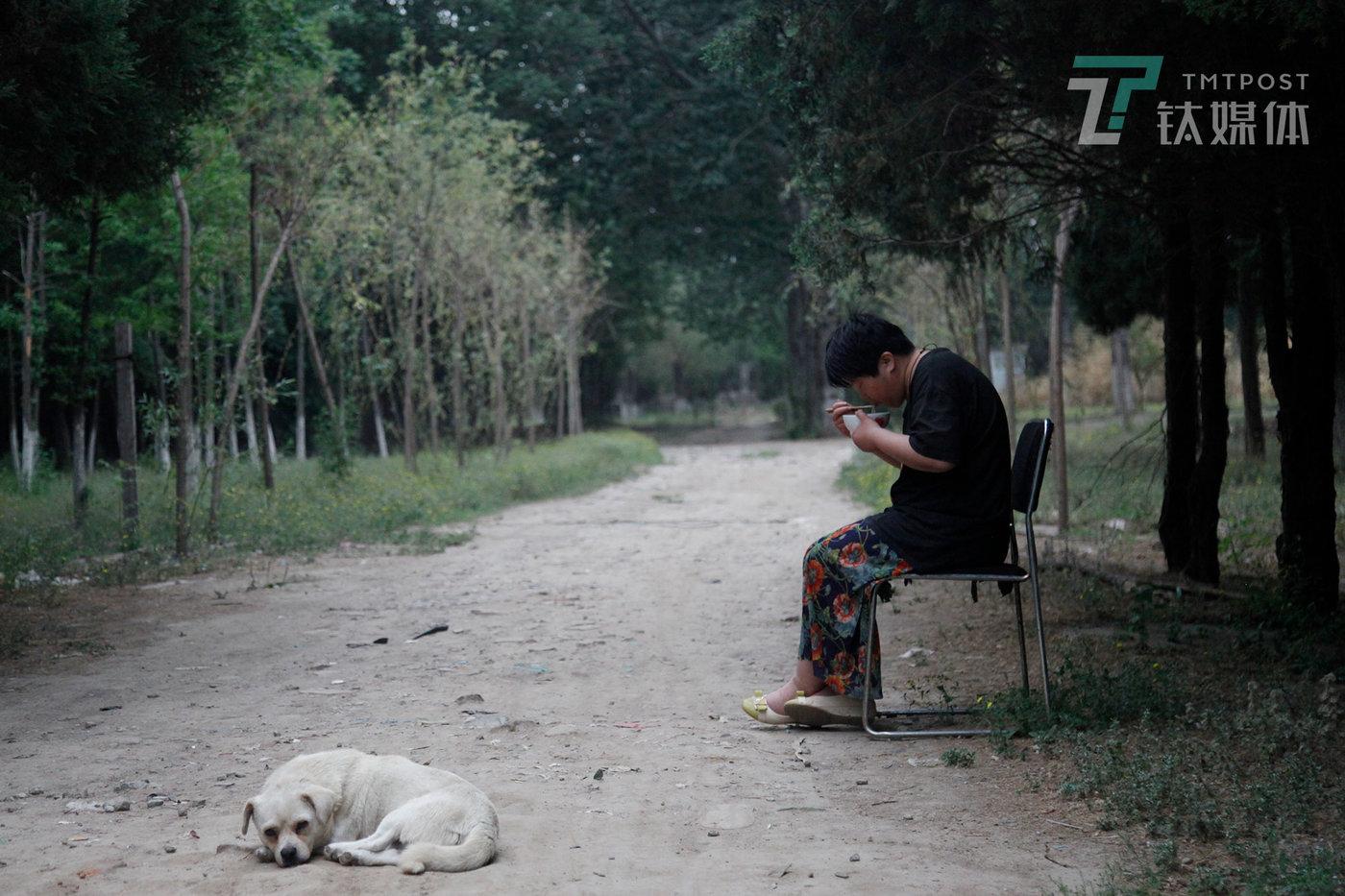 曾祺的妈妈身患疾病,无法工作,除了吃喝能够简单自理,其他都需要人照料。