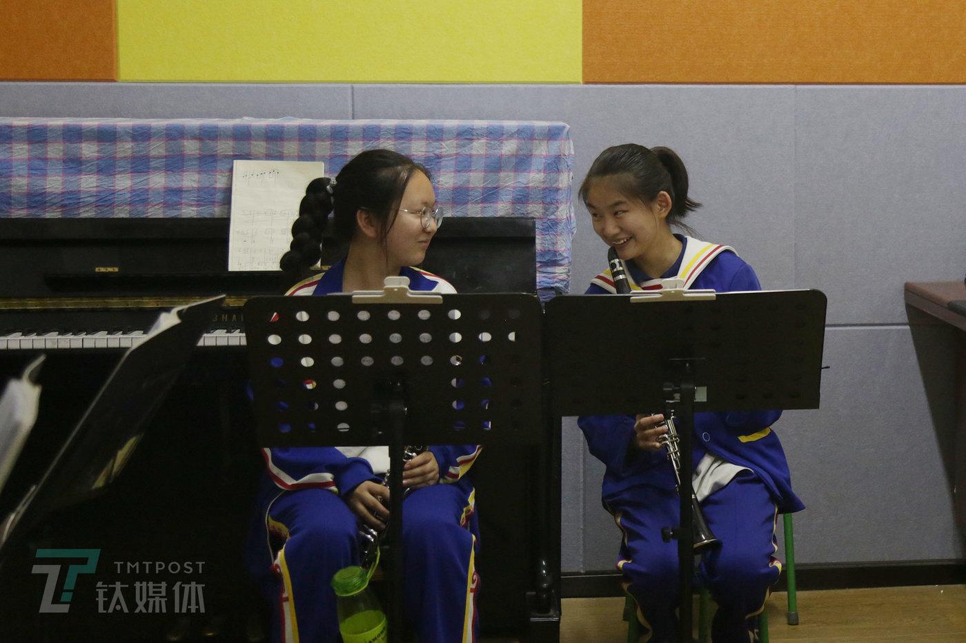 曾祺和同学在蒲公英中学周末的单簧管兴趣班上课。