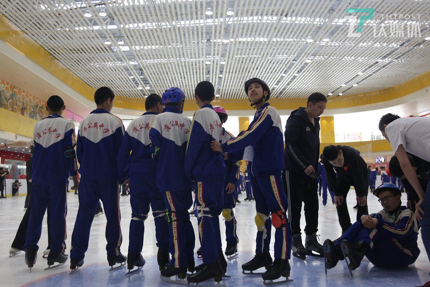 在爱心企业的帮助下,曾祺所在的班级集体来到北京国贸的冰场学习滑冰。