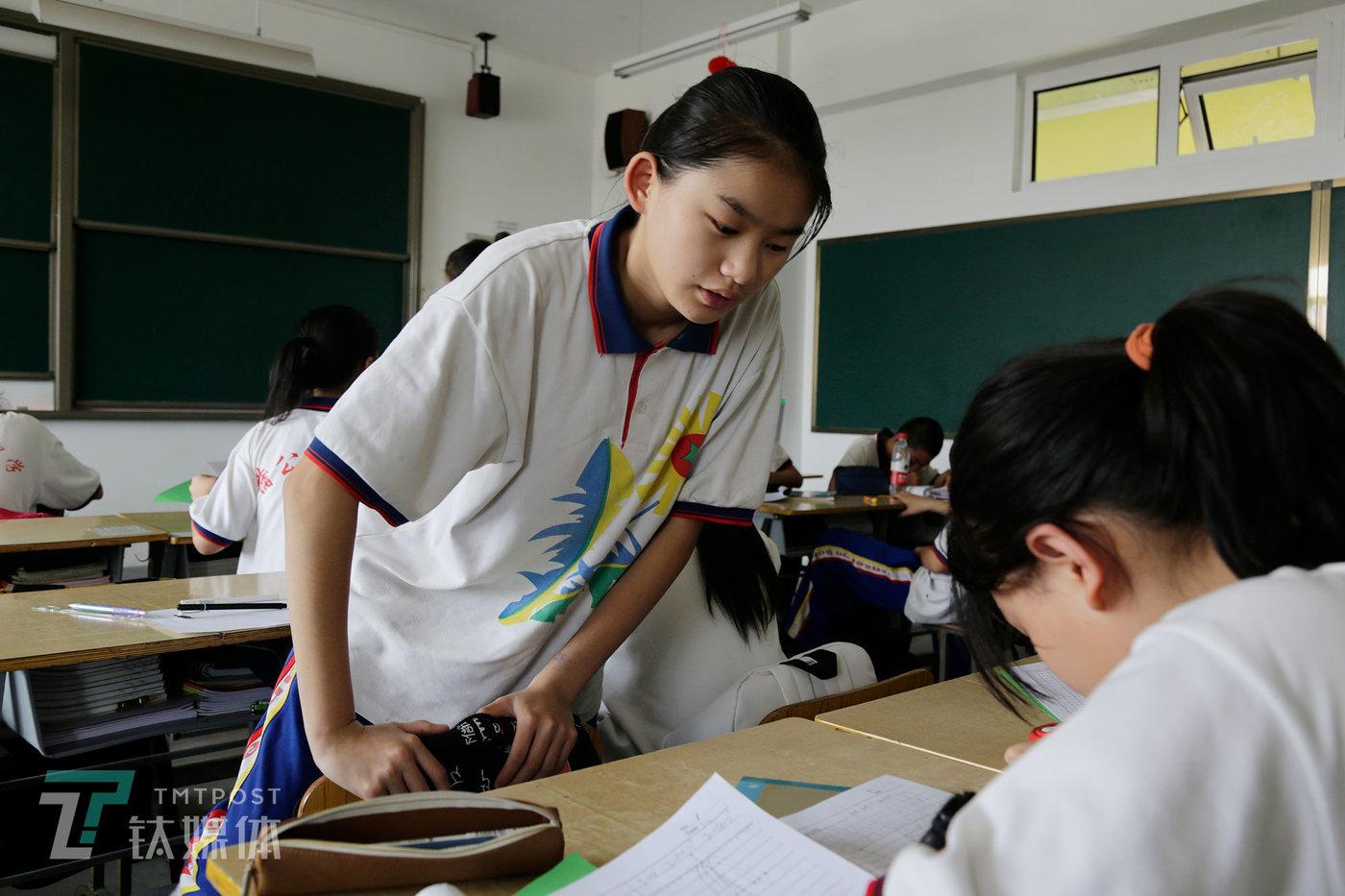 9月5日,蒲公英广东快三,曾祺在课间休息。