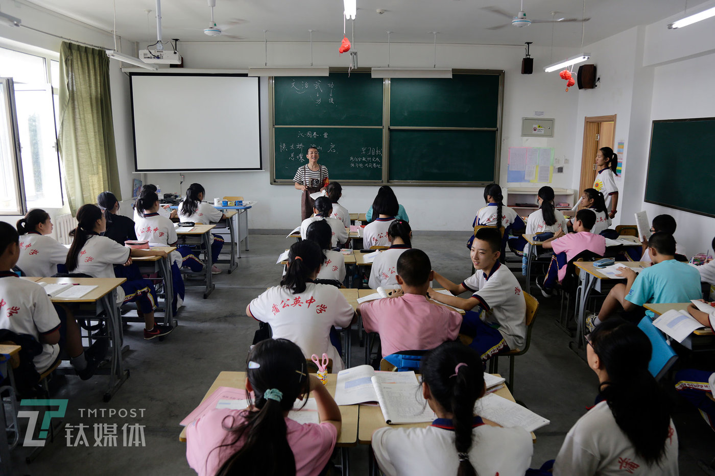 2019年9月5日,蒲公英中学新校区,学生在新教室上课。