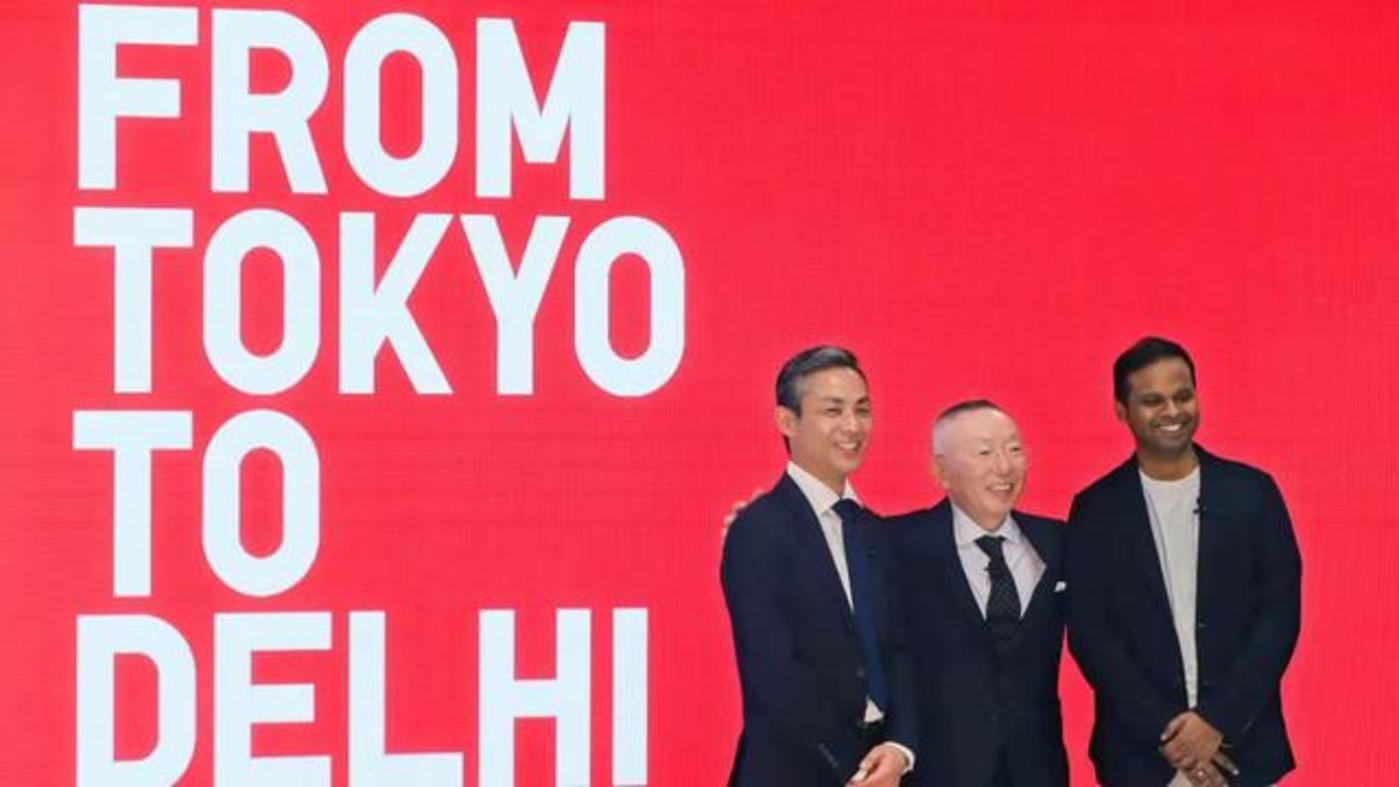 图注:优衣库印度公司(Uniqlo India)首席执行官TomohikoSei(左)