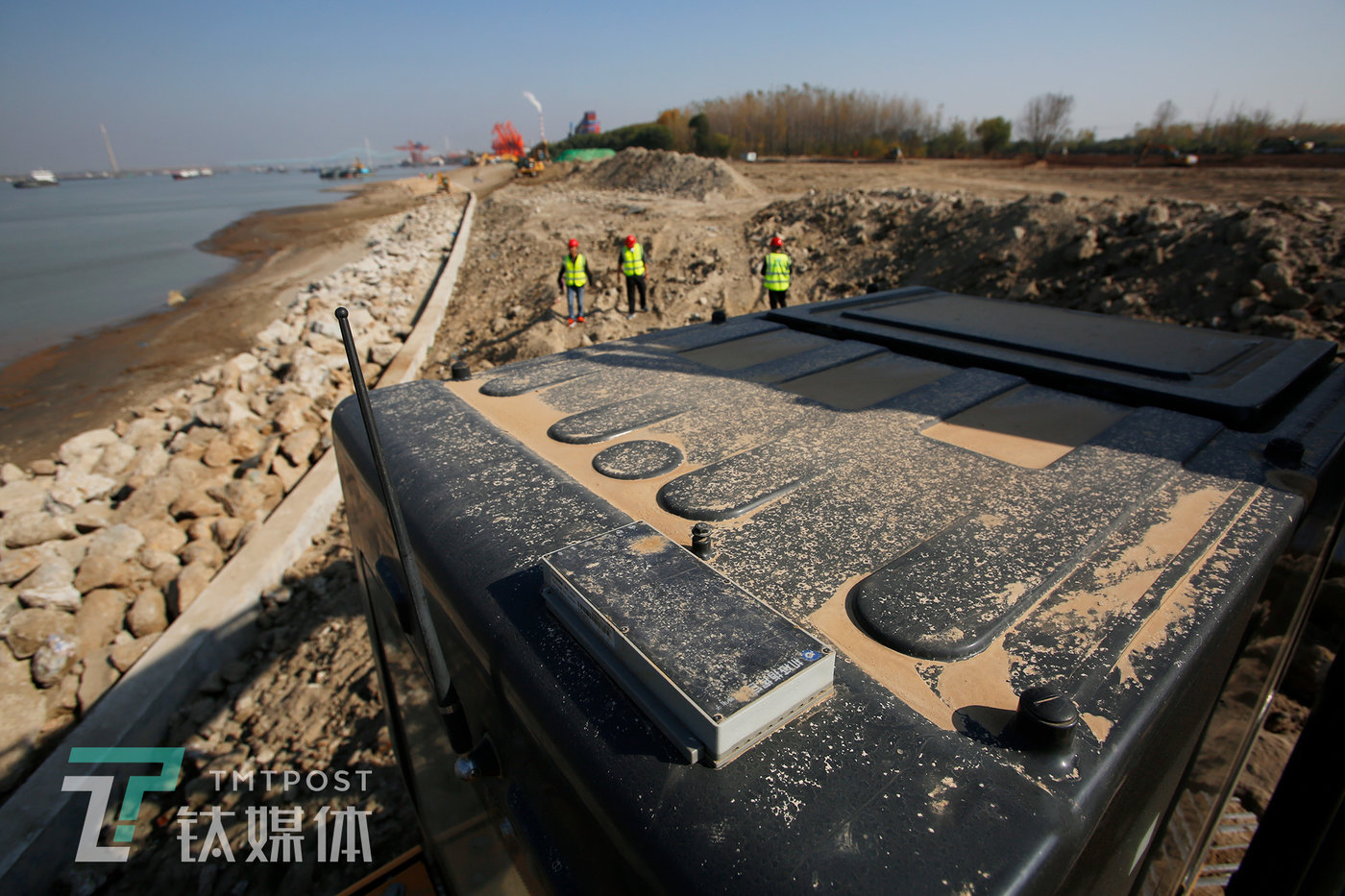 南京某市政工程项目工地,一台挖掘机车顶安装的机械指挥官智能终端。