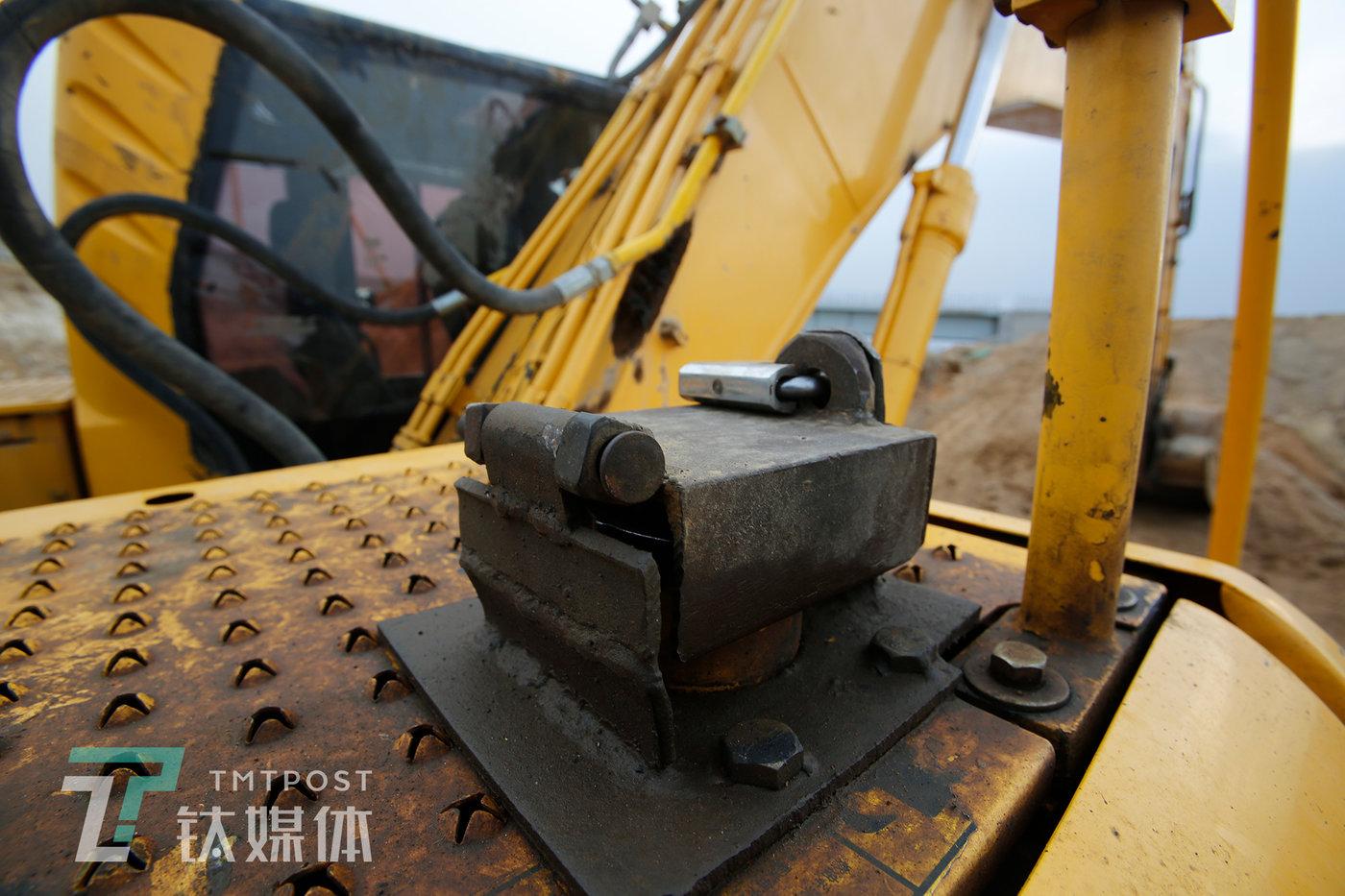 某工地,为了防偷油,机主用钢板在油箱口加装了钢板锁。