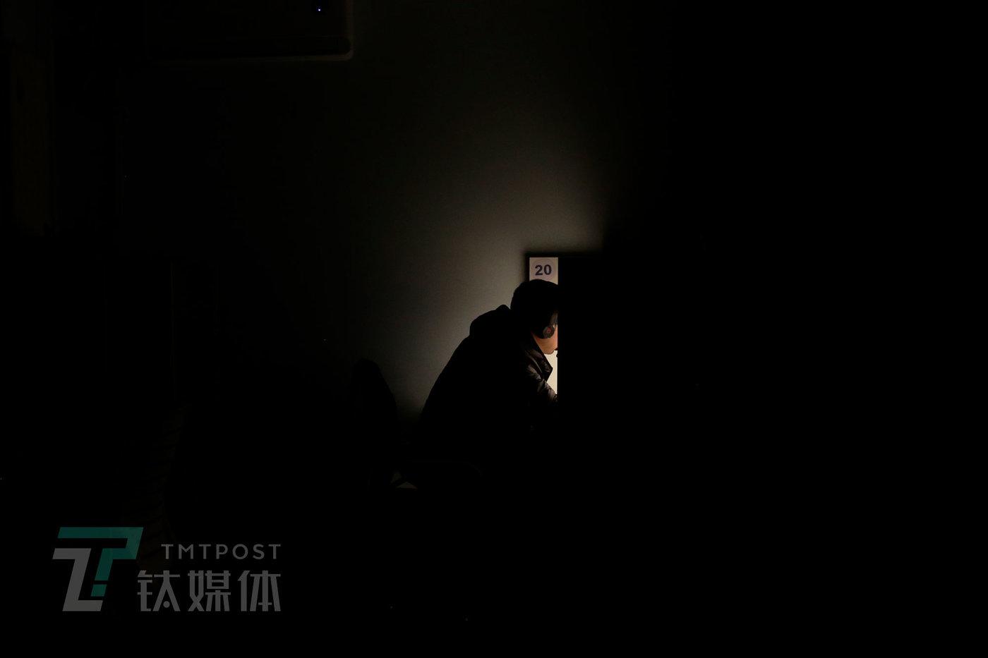 11月24日22点34分,北京海淀区,时分付费自习室,顾客在格子间学习。