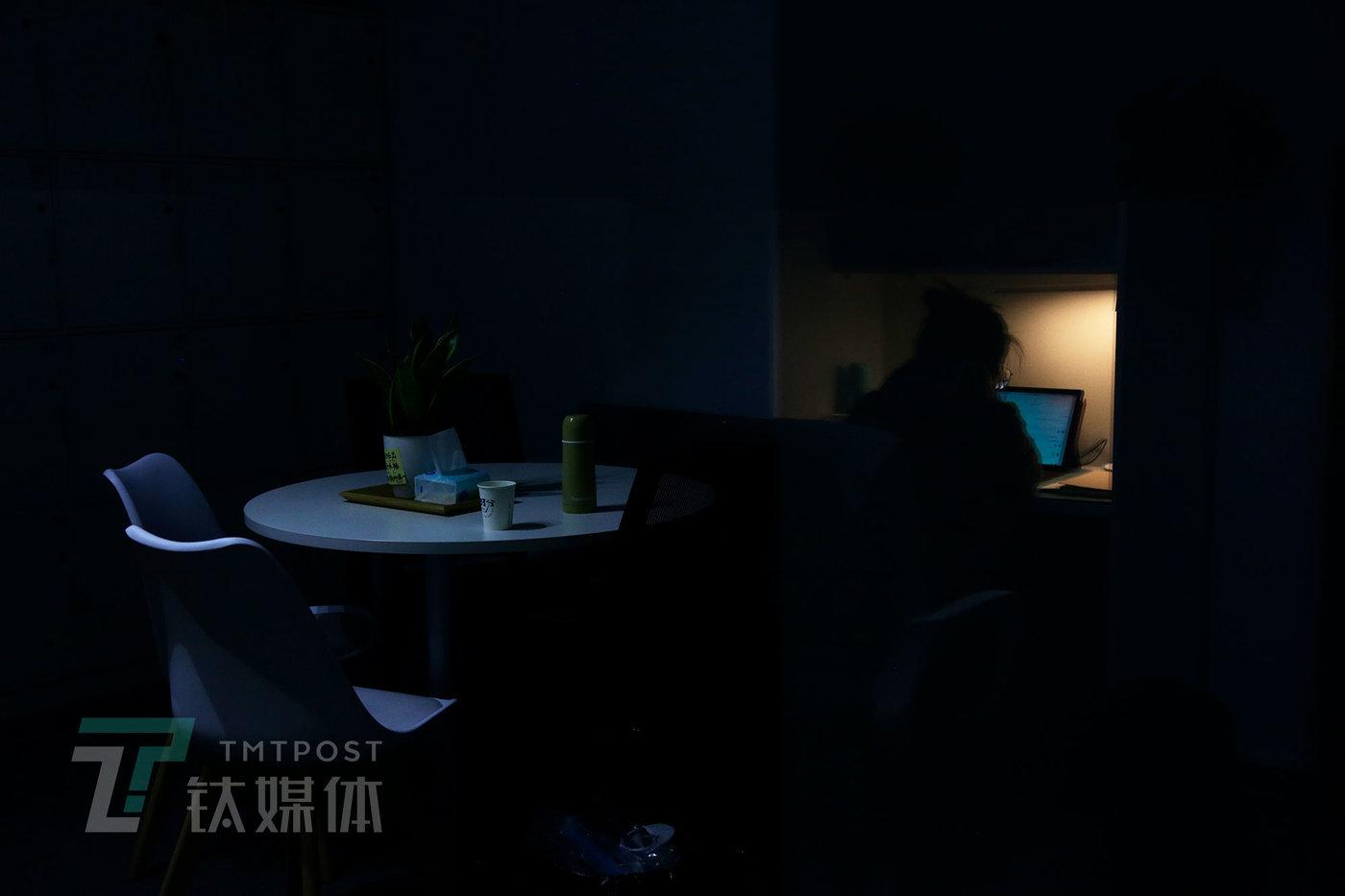 11月24日晚11点,啾啾在做英语题。这一晚,她准备留在自习室刷夜。