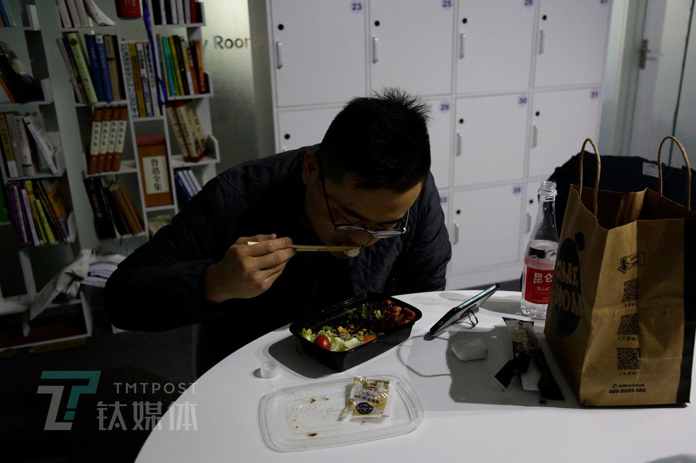 11月20日14点11分,时分自习室公共餐桌,风火在吃午饭。