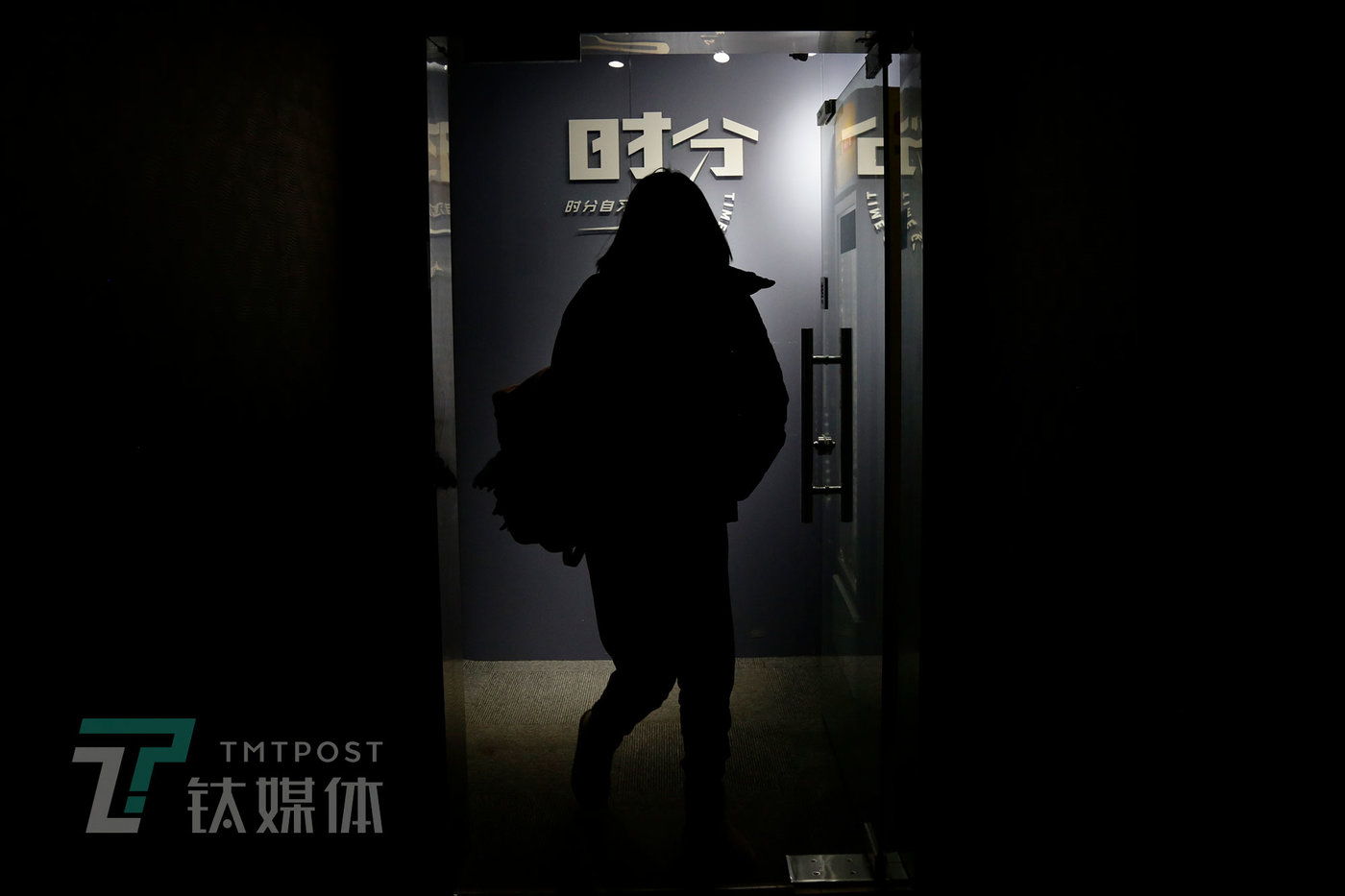 11月20日晚7点,时分自习室,一名顾客走出自习室大门。