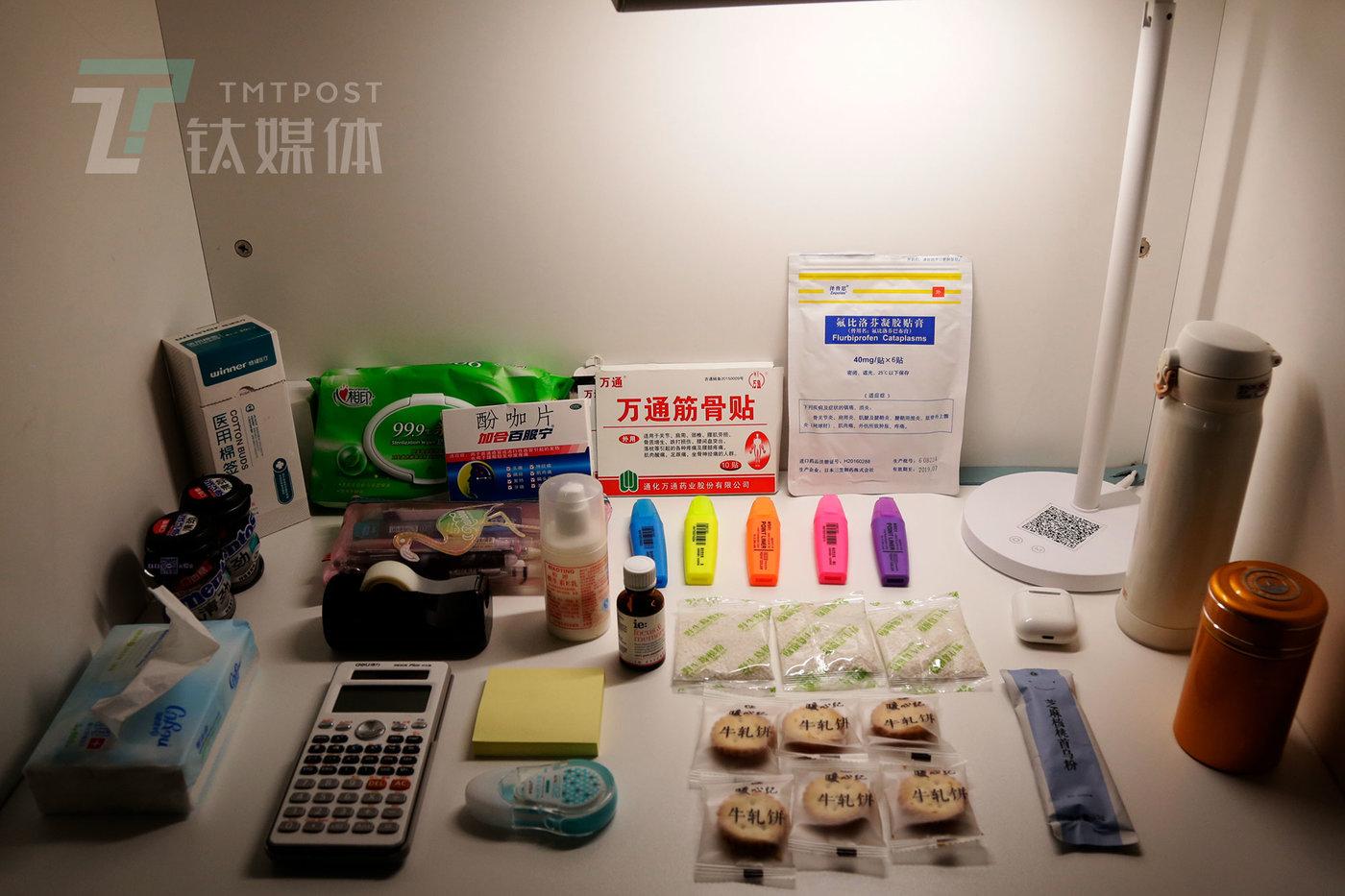 """小骨带到自习室的""""家当"""":牛轧糖、涂改液、茶叶、水杯、计算器、筋骨贴等。"""