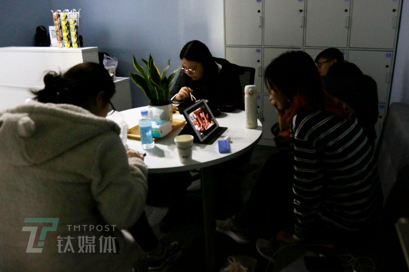 11月19日13点38分,小骨利用午休时间追自己喜爱的综艺节目放松。