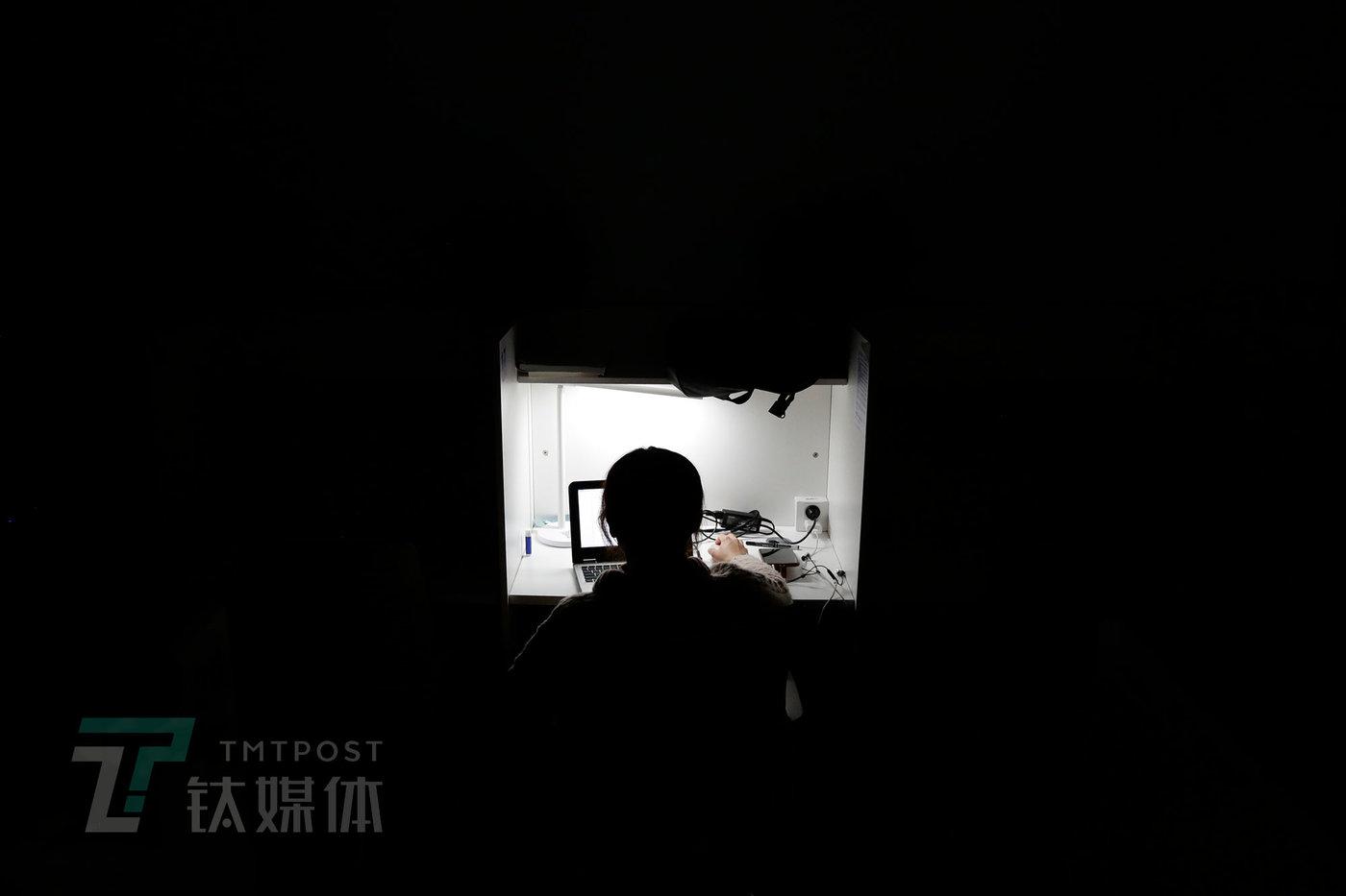 11月24日晚22点,时分自习室,一名顾客在上自习。