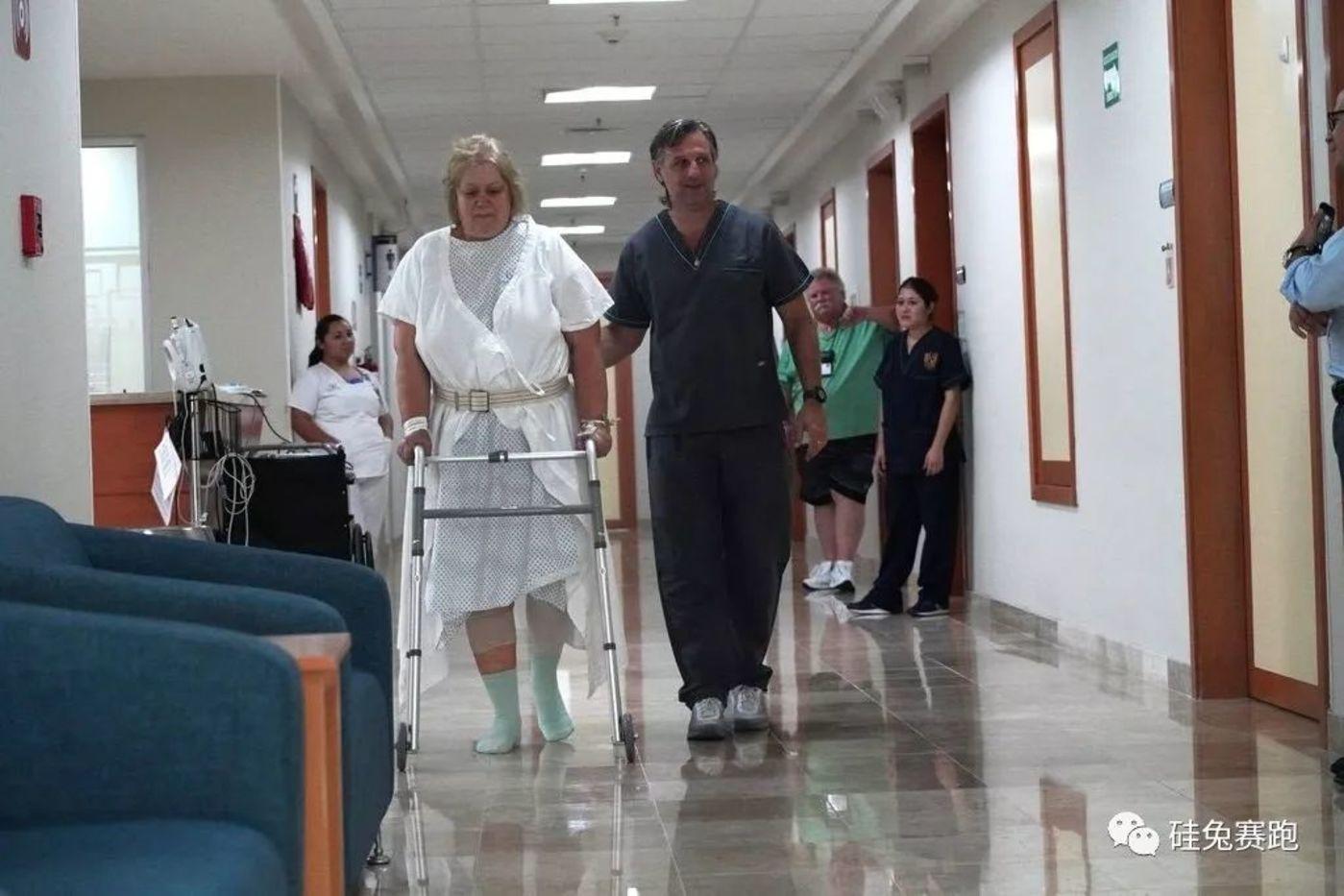 一名美国病人在墨西哥加勒尼亚医院接受了换膝手术