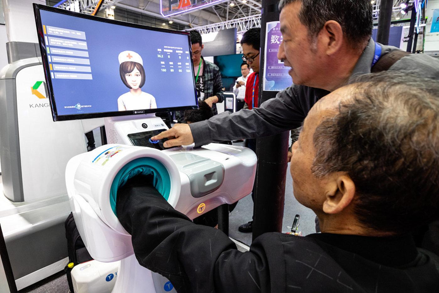 2019年5月7日,福州,第二届数字中国峰会上老年人体验AI人工智能医疗设备,图/视觉中国
