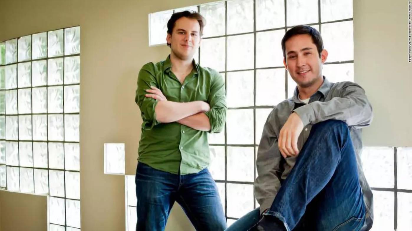 Instagram联合创始人Mike Krieger(左)和Kevin Systrom于2011年在旧金山的办公室中。