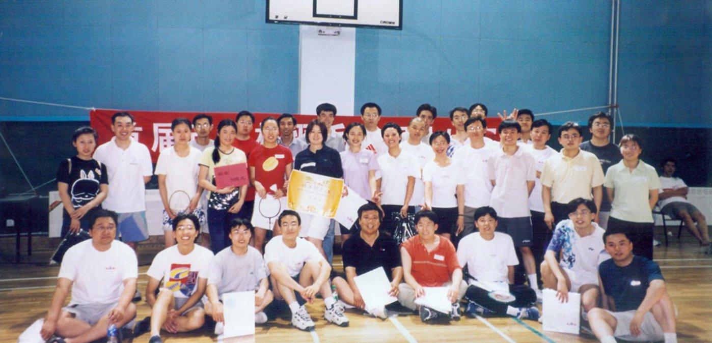 百度组织员工参加羽毛球比赛,赛后合影。