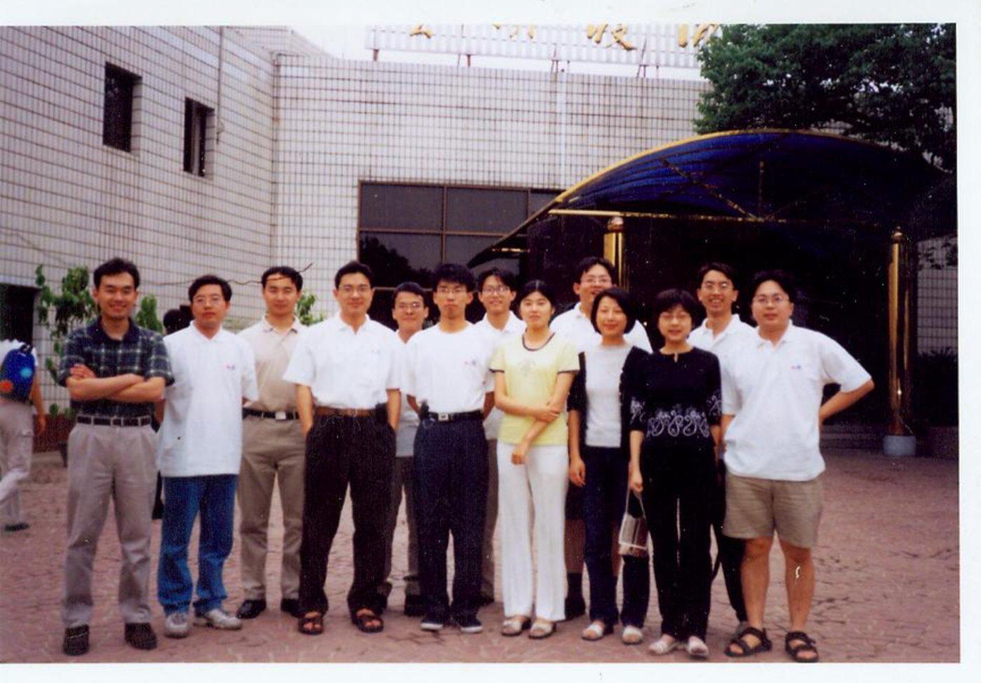 2000年,百度员工于北大资源宾馆前合影,左4为李彦宏。
