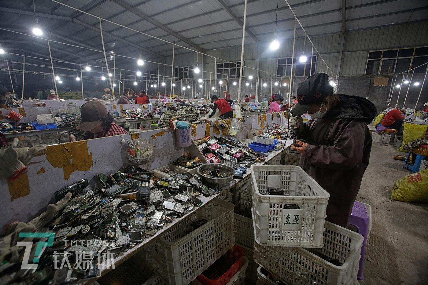 3月4日,河南商丘某手机拆解厂,工人在加班加点拆解手机。