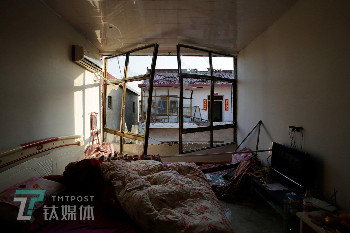 3月23日,距离陈家港镇化工园区最近的王商村(1公里),一户村民的卧室。