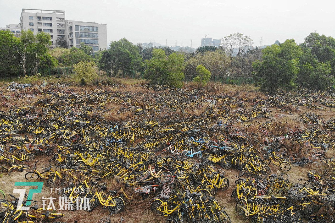 2019年1月31日,广州天河区,一处空地上堆放的共享单车。