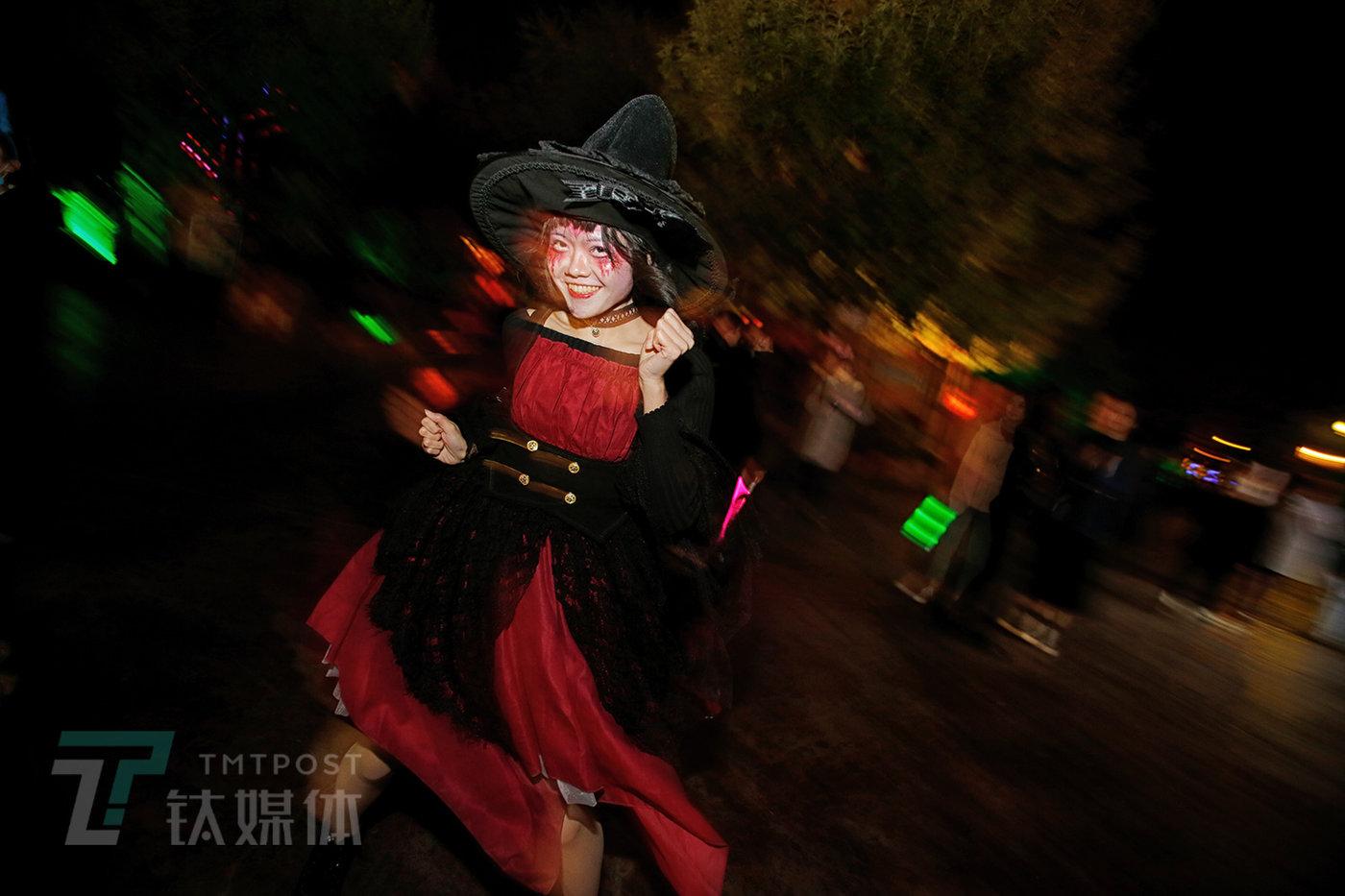 11月1日,北京欢乐谷,万圣节游园夜,一名跳舞的游客。