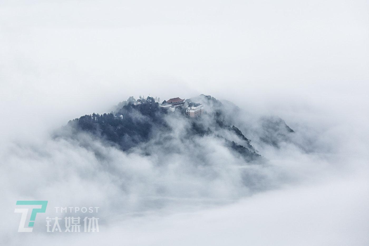 12月24日,安徽池州九华山,云雾缭绕的山顶。