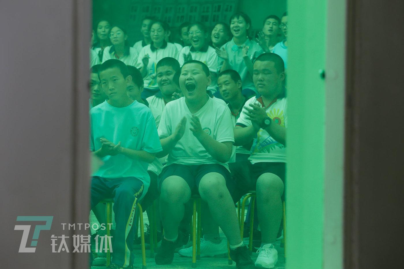 2019年7月4日,北京市大兴区蒲公英中学,志愿者们的相声表演引得学生们大笑。