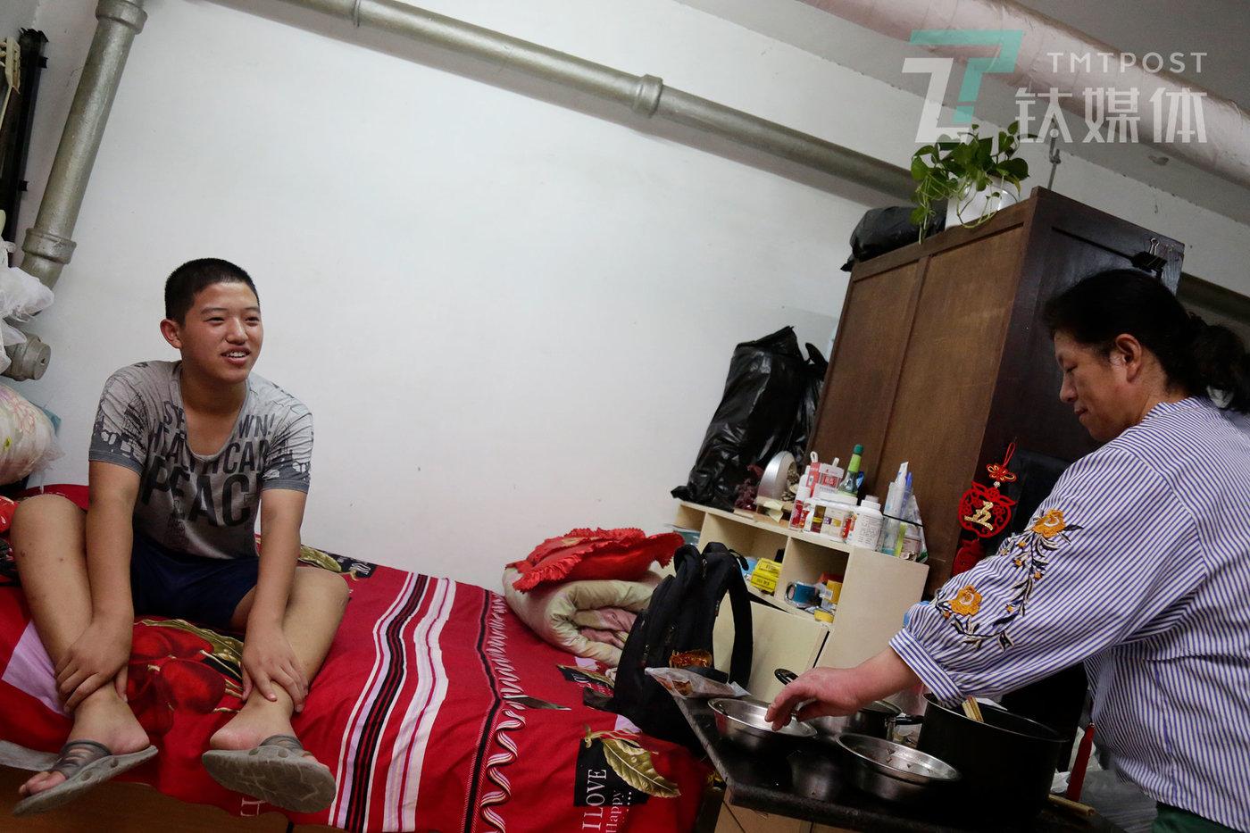 9月7日,北京,彭城家租住的单间,彭城和母亲在聊天。彭城父亲是一名门卫,母亲是保洁员。从山东到北京6年,他们搬了5次家。彭城最喜欢目前的住所,因为这里不会面临突击检查。