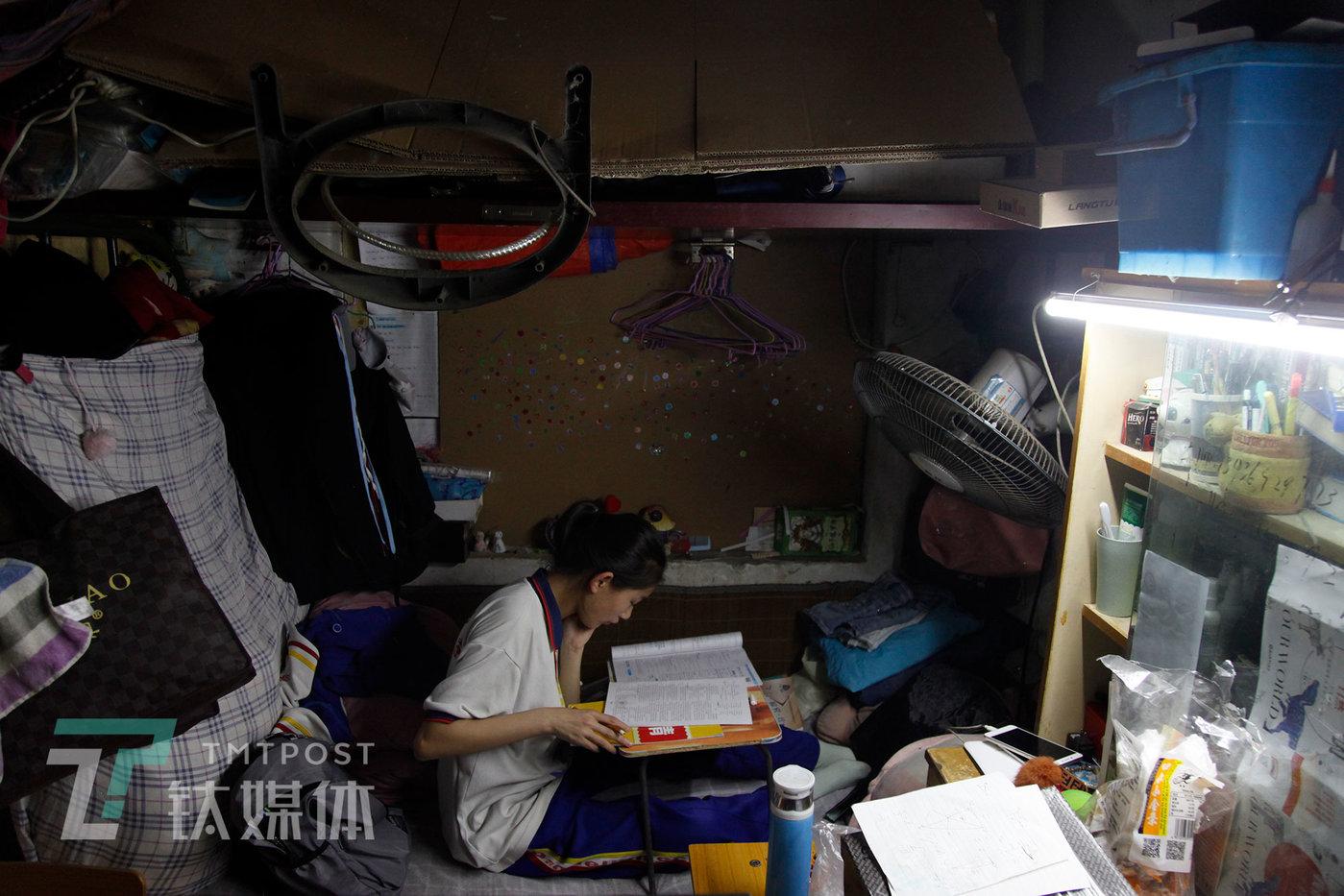 5月17日,北京是丰台区大红门,曾祺在家做作业。她说,只想努力学习,让家人生活得更好。