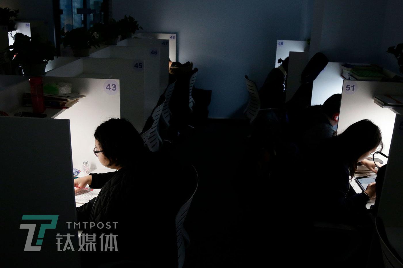 2019年11月20日19:00,顾客在格子间学习。