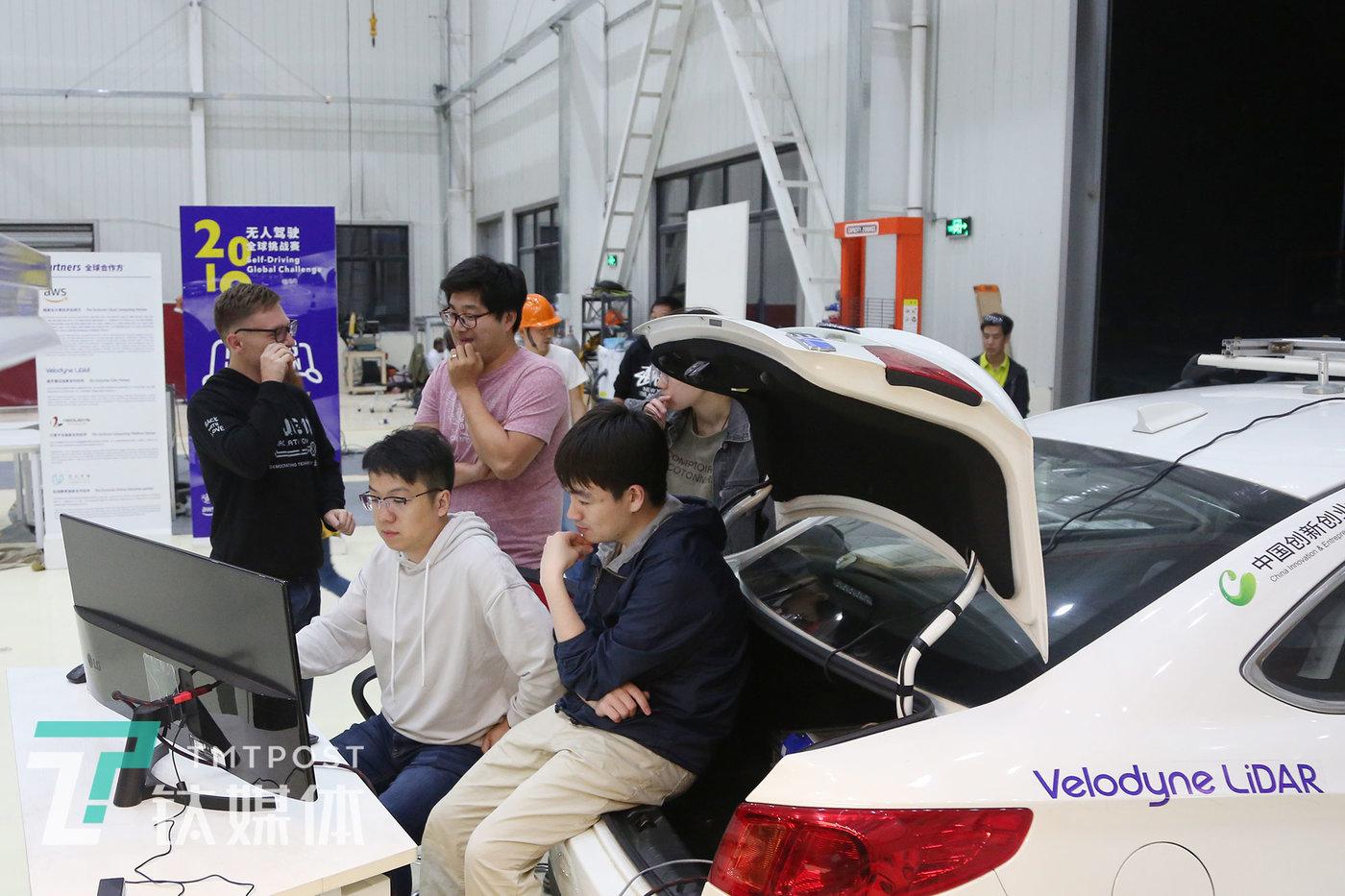 5月22日比赛第一天,贵州PIX无人驾驶智造工厂,D队全队在讨论赛事方案。