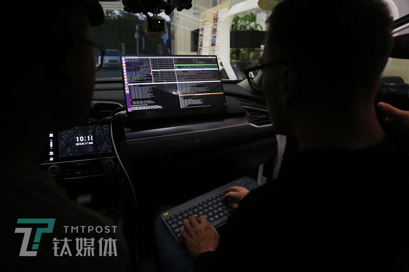 队员们在车辆上部署自动驾驶系统。