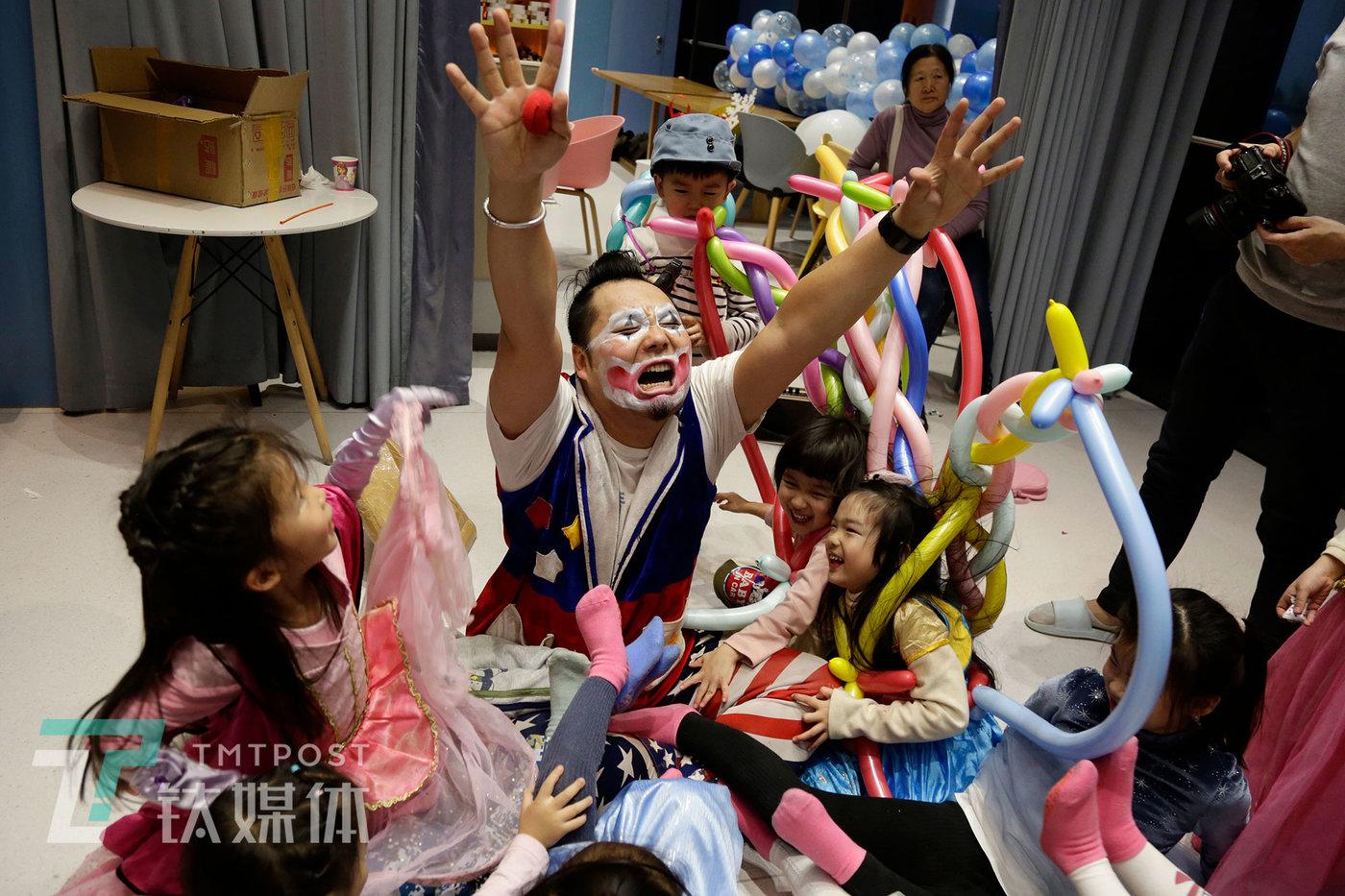 12月17日,北京达美中心亲子餐厅,一位客户孩子的生日宴上,阿绎和小朋友们做游戏。
