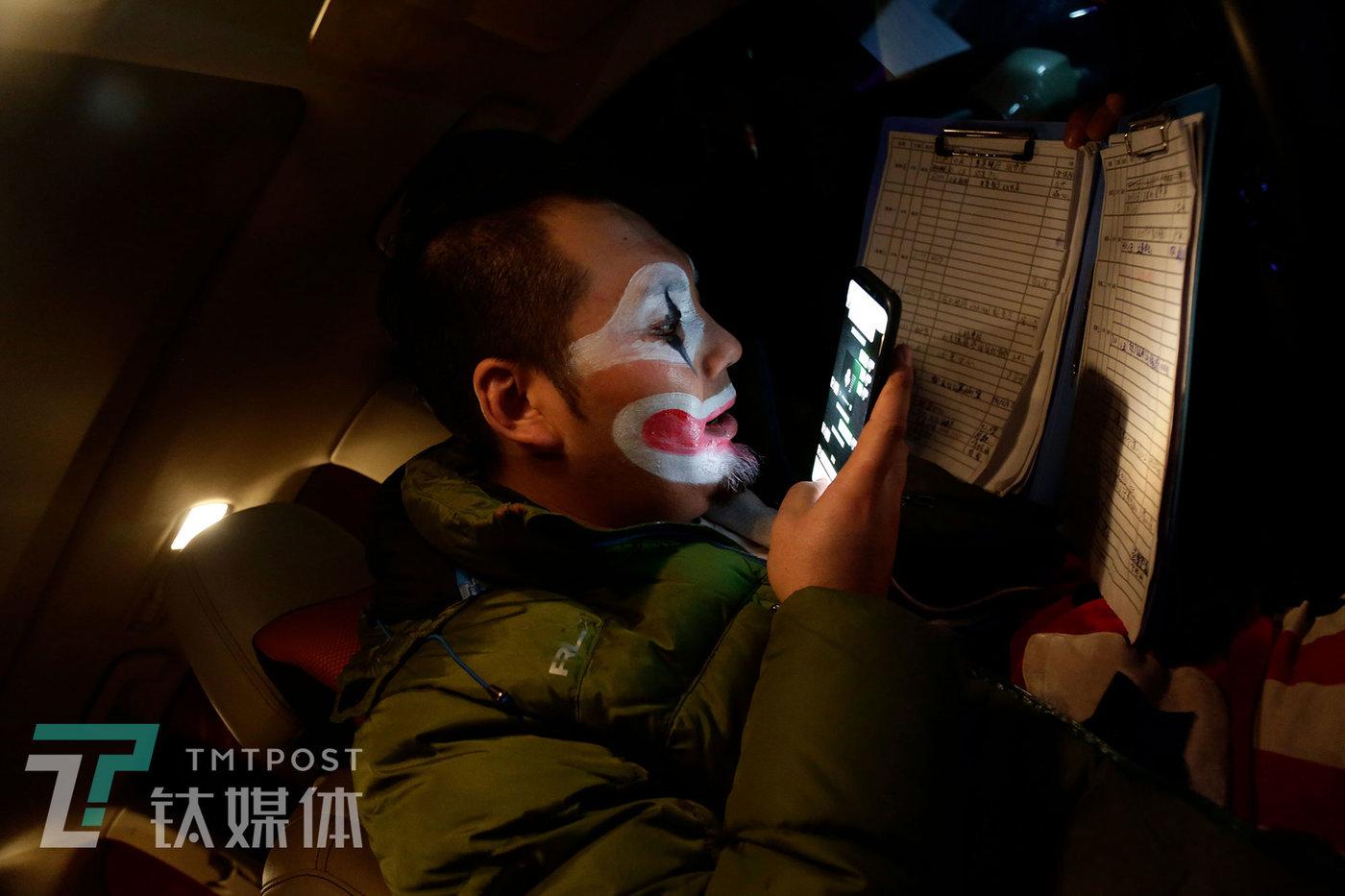 12月16日17:30,北京,一场表演结束后,阿绎在查看演出安排表,通过微信联系客户,准备驾车奔赴下一场表演。